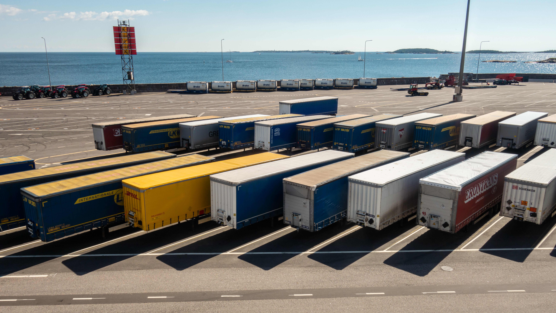 Rekkojen perävaunuja Hangon satamassa.