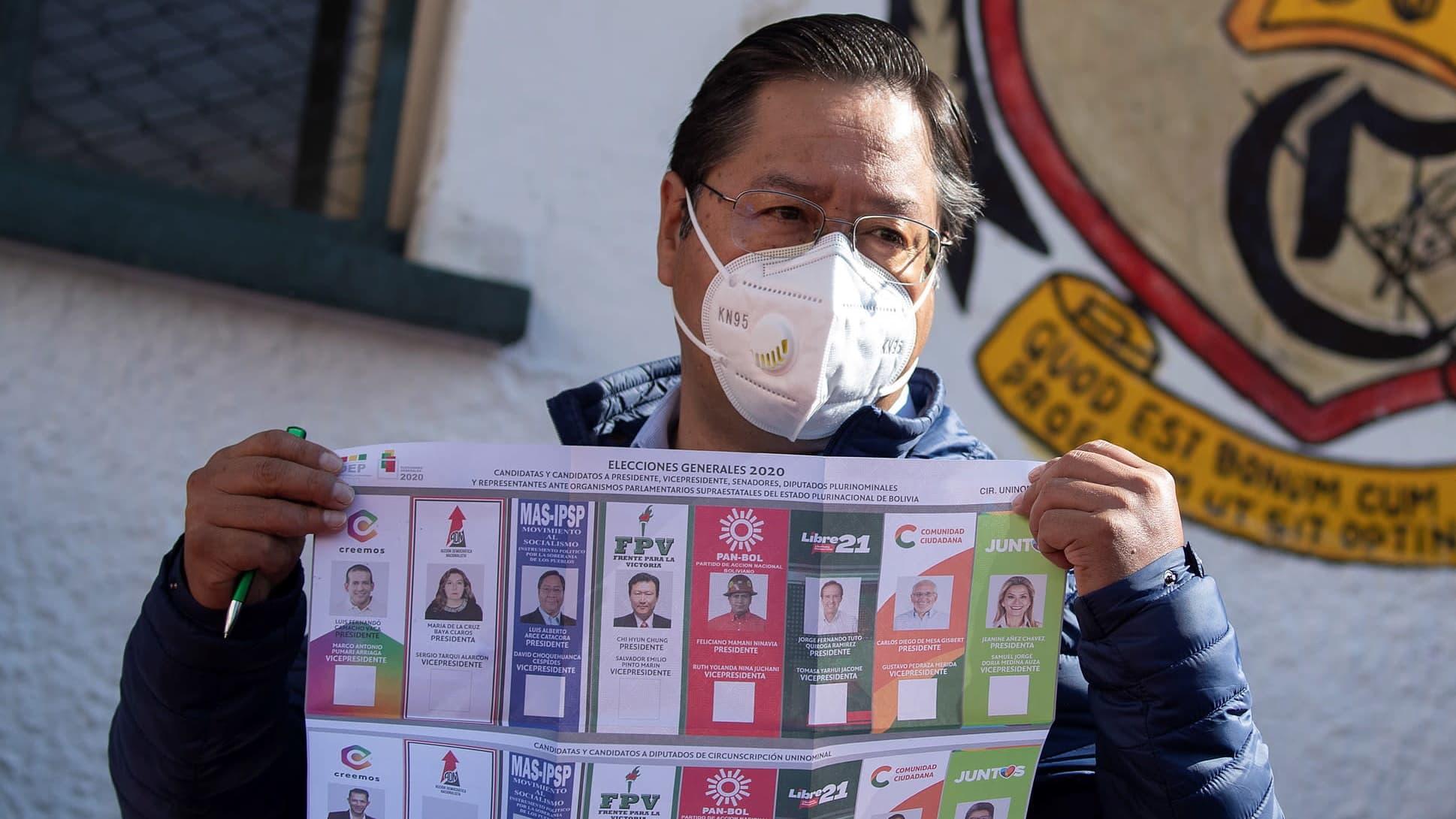 Bolivian vaalit voittanut Luis Arce esittelee äänestyslehtistä