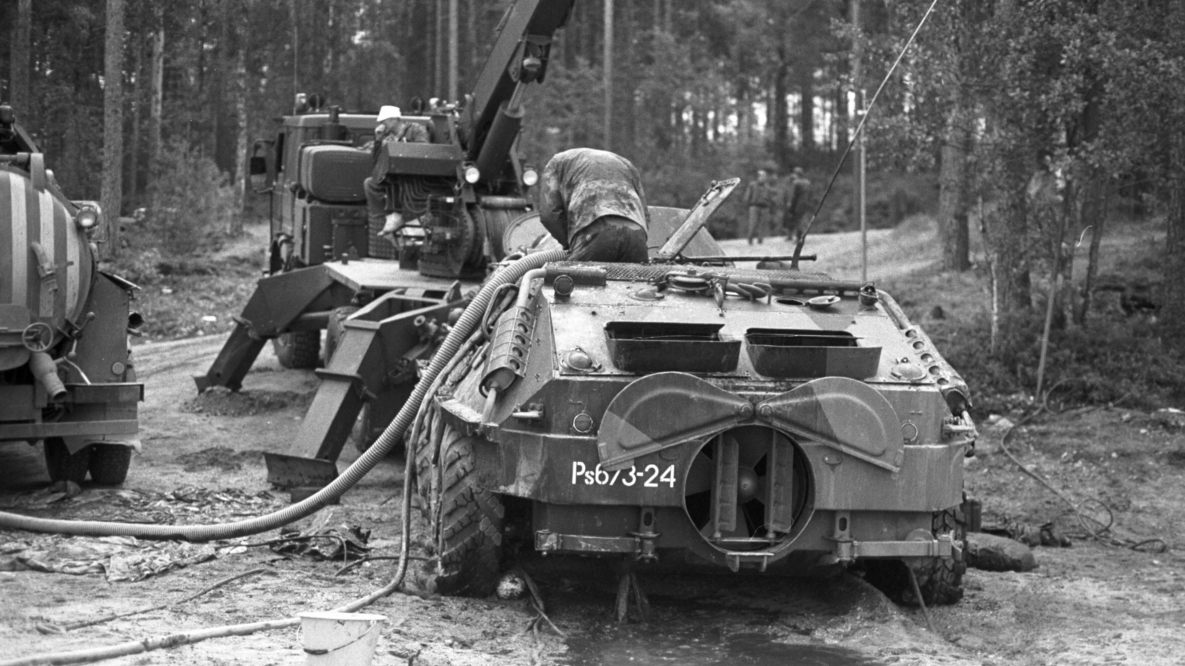 Taipalsaarella 1991 uponneen BTR-60 vaunun tyhjennys rannalla käynnissä.