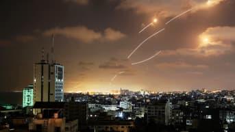 Rakettien aiheuttamia valojuovia yötaivaalla.