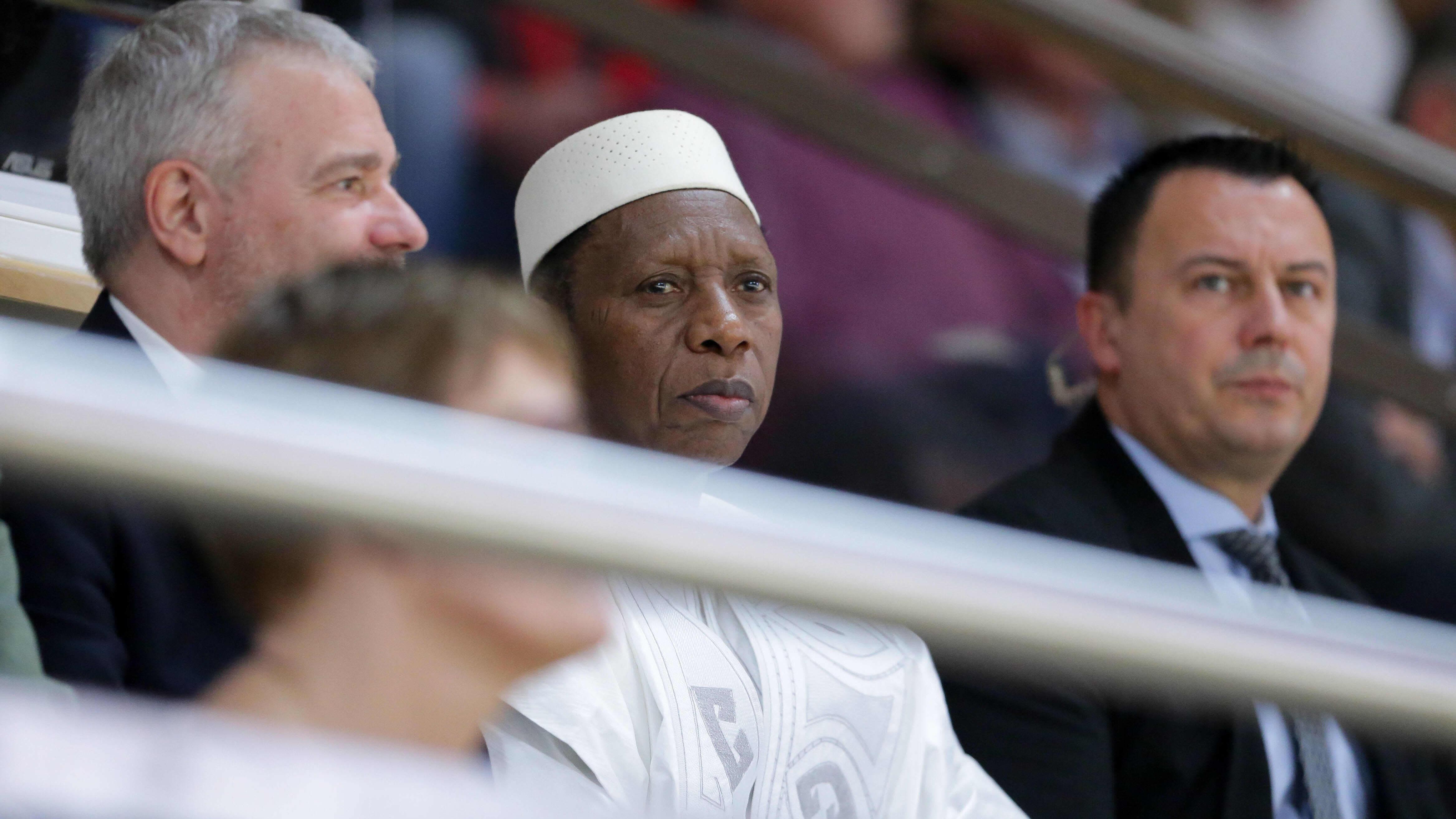 Fiban puheenjohtaja Hamane Niang seuraa katsomosta ottelua.
