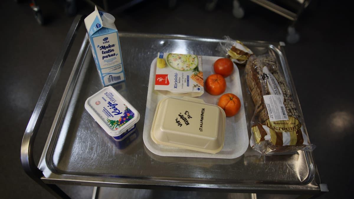 Savonlinnalaisille etäkoululaisille jaettava ruokapaketti Mertalan koulun keittiössä.
