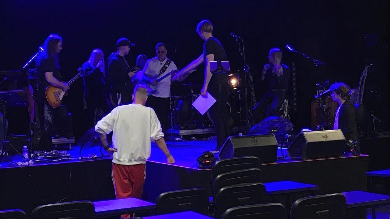 Artisteja lavalla harjoittelemassa