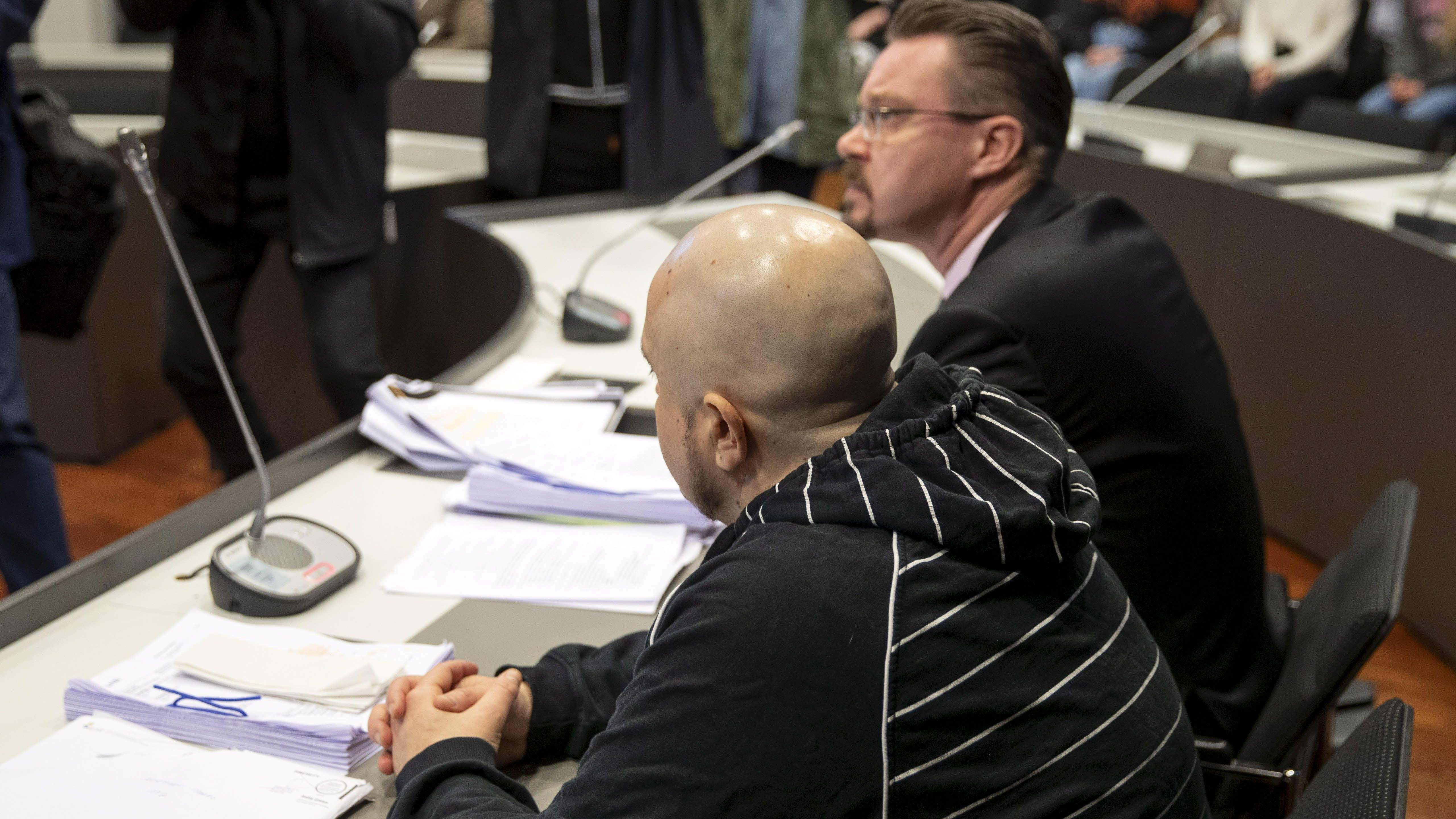 Turussa vuonna 2002 tapahtuneen arvokuljetusryöstön yrityksen oikeuskäsittely alkoi Varsinais-Suomen käräjäoikeudessa Turussa 10. helmikuuta 2020. 44-vuotiasta espoolaismiestä (vas.) syytetään törkeän ryöstön yrityksestä.
