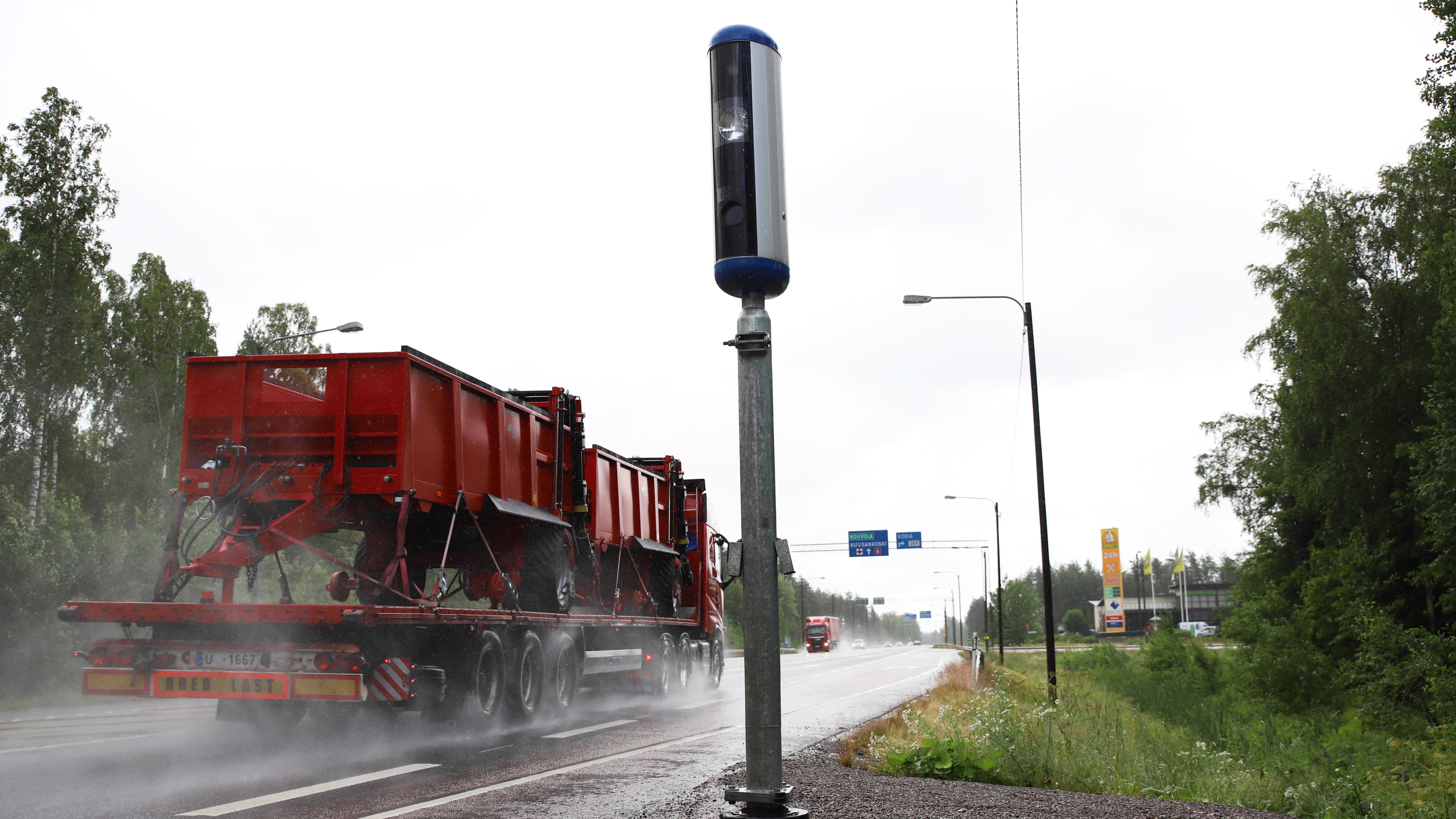 Nopeusvalvontakamera ja rekka Korialla Kouvolassa.
