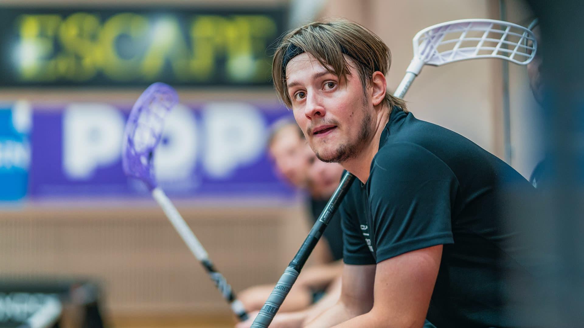 Peter Kotilainen seuraa peliä vaihtopenkiltä Happeen harjoituksissa.