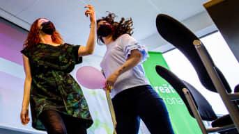 Vihreiden nuorten puheenjohtajat Peppi Seppälä ja Brigita Krasniqi pitävät taukodiscoa zoomin kautta järhestettävässä Väentapaamisessa vihreiden puoluetoimistolla Helsingissä.