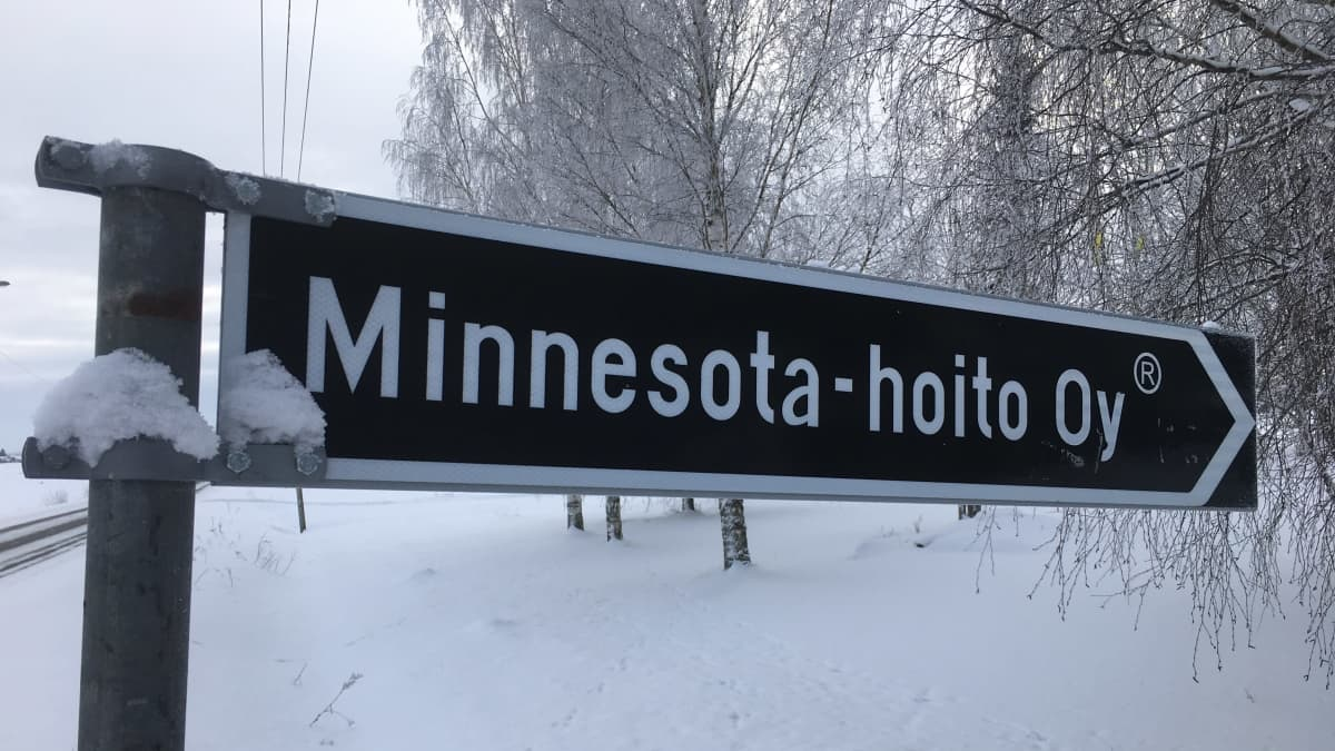 Minnesota-Hoito Oy:n kyltti Lapualla.