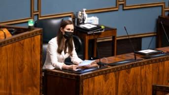 Pääministeri Sanna Marin kuuntelemassa opposition puheevuoroja EU:n elpymispaketti-keskustelussa.