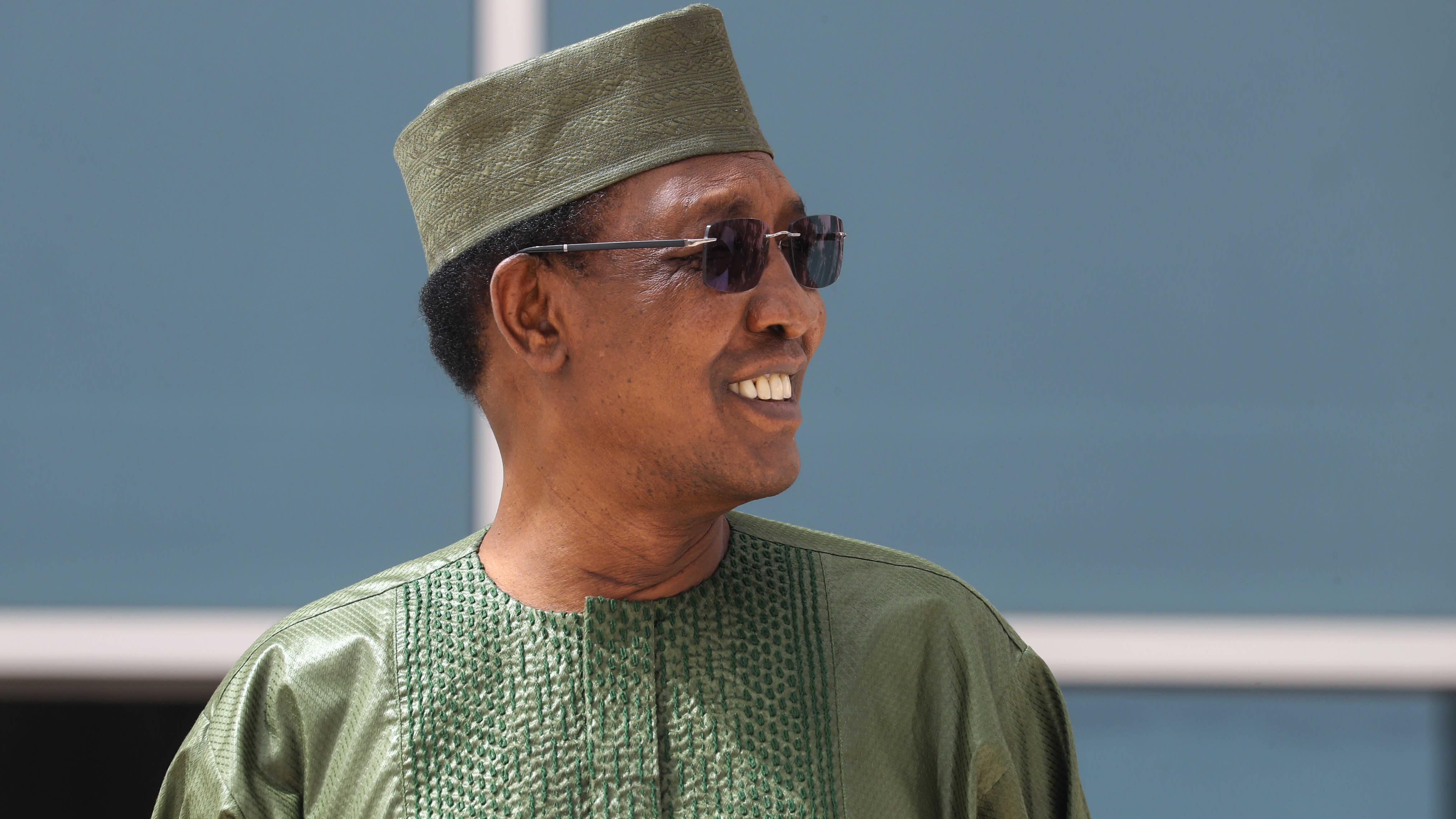 Idriss Deby viherässä paidassa ja laikissa sekä aurinkolaseissa
