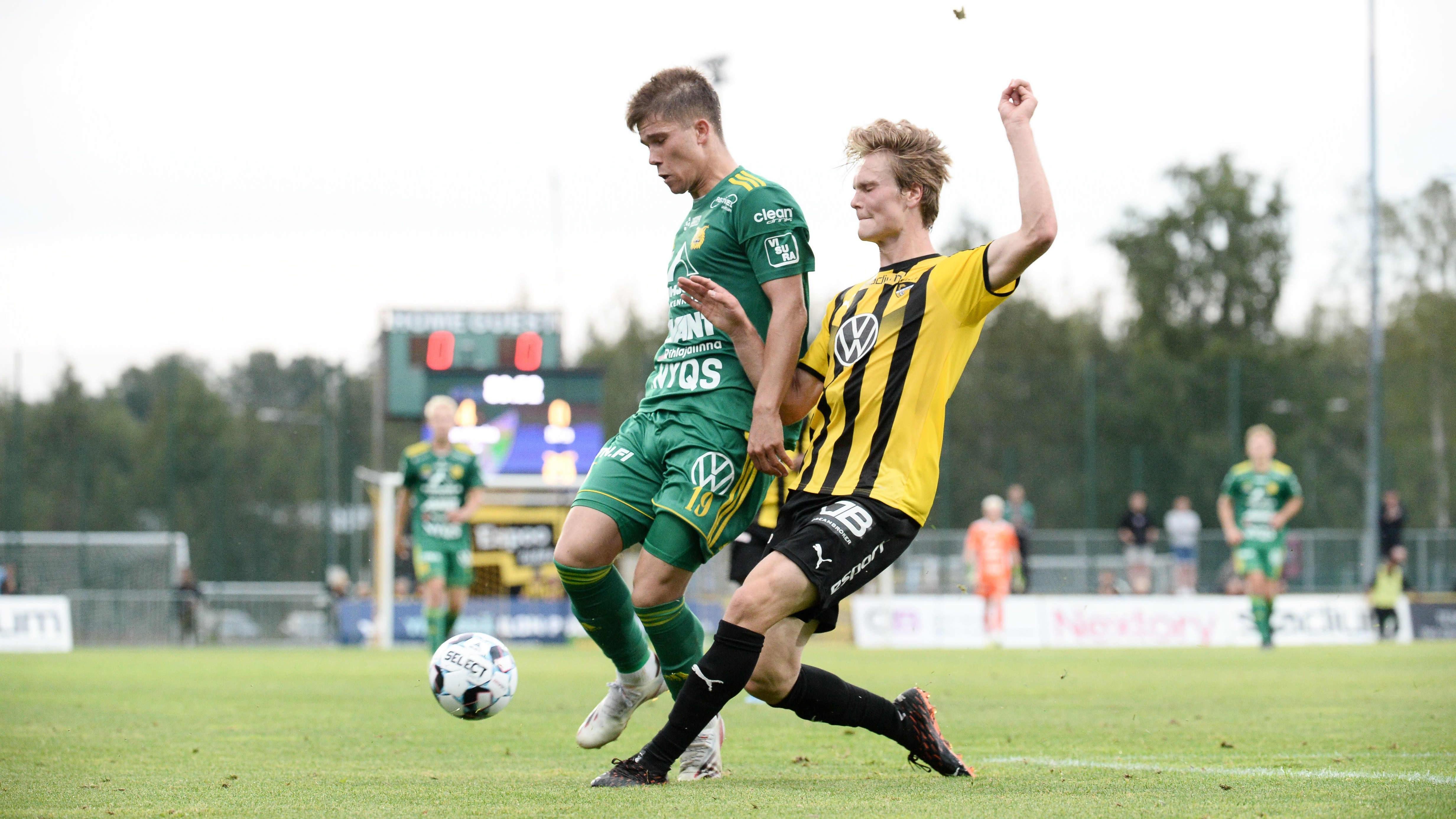 Hongan Matias Rale (oik.) ja Ilveksen Eetu Mömmö jalkapallon Veikkausliigan ottelussa Honka-Ilves Espoossa 8. elokuuta 2021.
