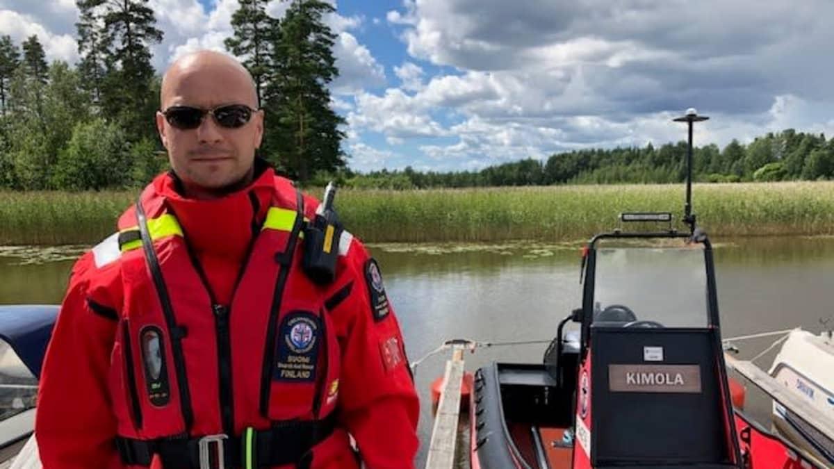 Kouvolan järvipelastusaseman vapaaehtoispelastaja Saku Tauriainen seisoo laiturilla pelastusvene Kimolan vieressä Pyhäjärven rannassa