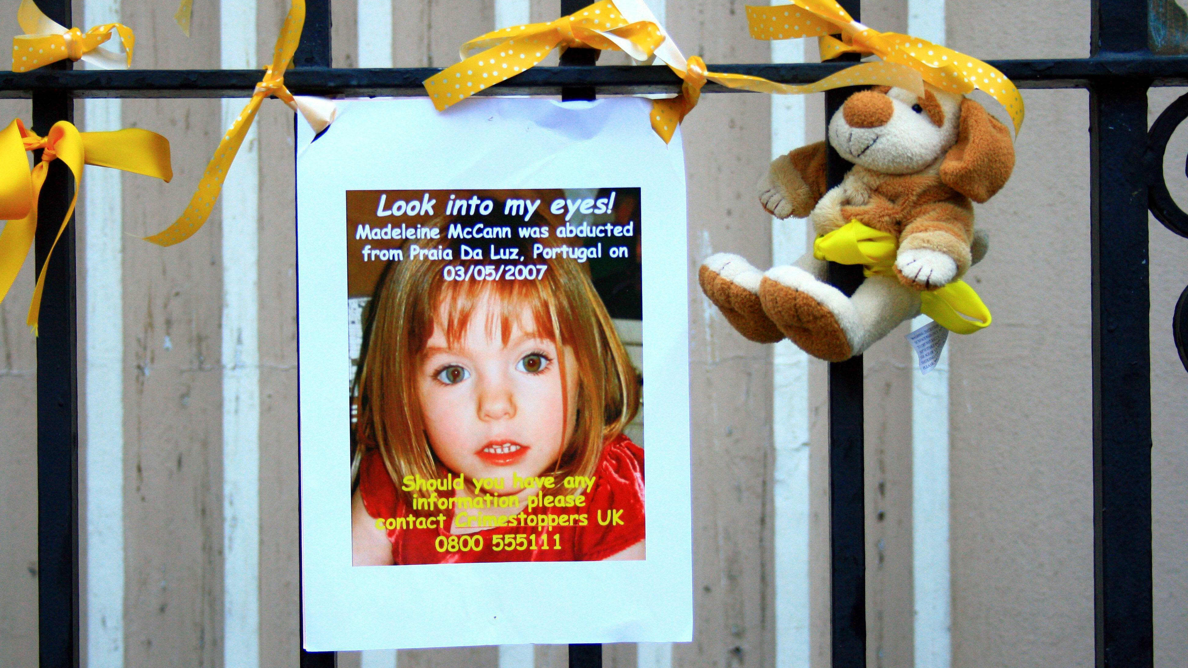 Aitaan kiinnitetty etsintäilmoitus, jossa on kuva Madeleinesta. Vieressä pehmoeläin.