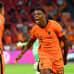 Hollannin Dumfries viimeistelee 2–0-maalin