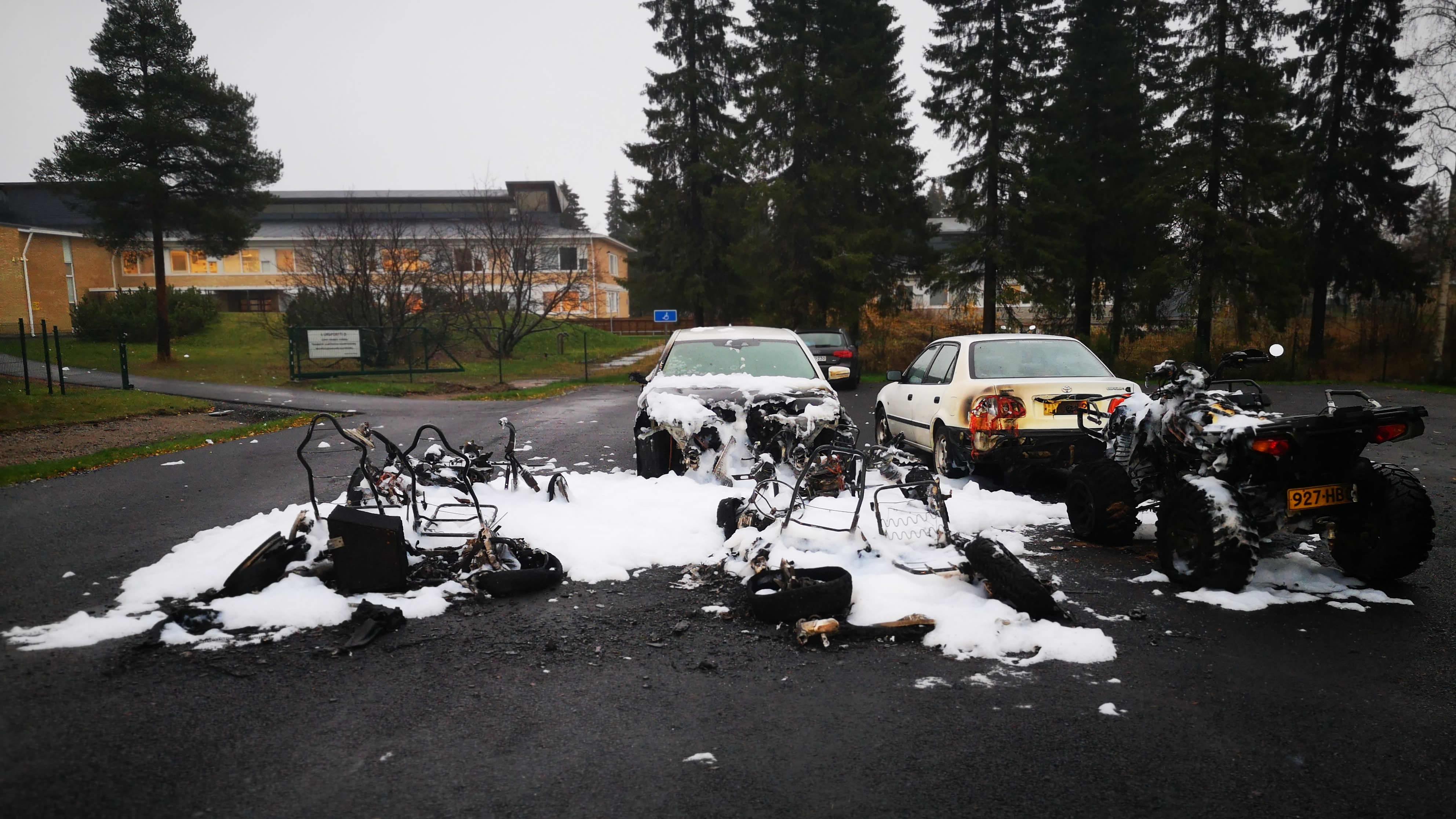 Tältä näyttää Keminmaan kirjaston parkkipaikalla tulipalon jälki