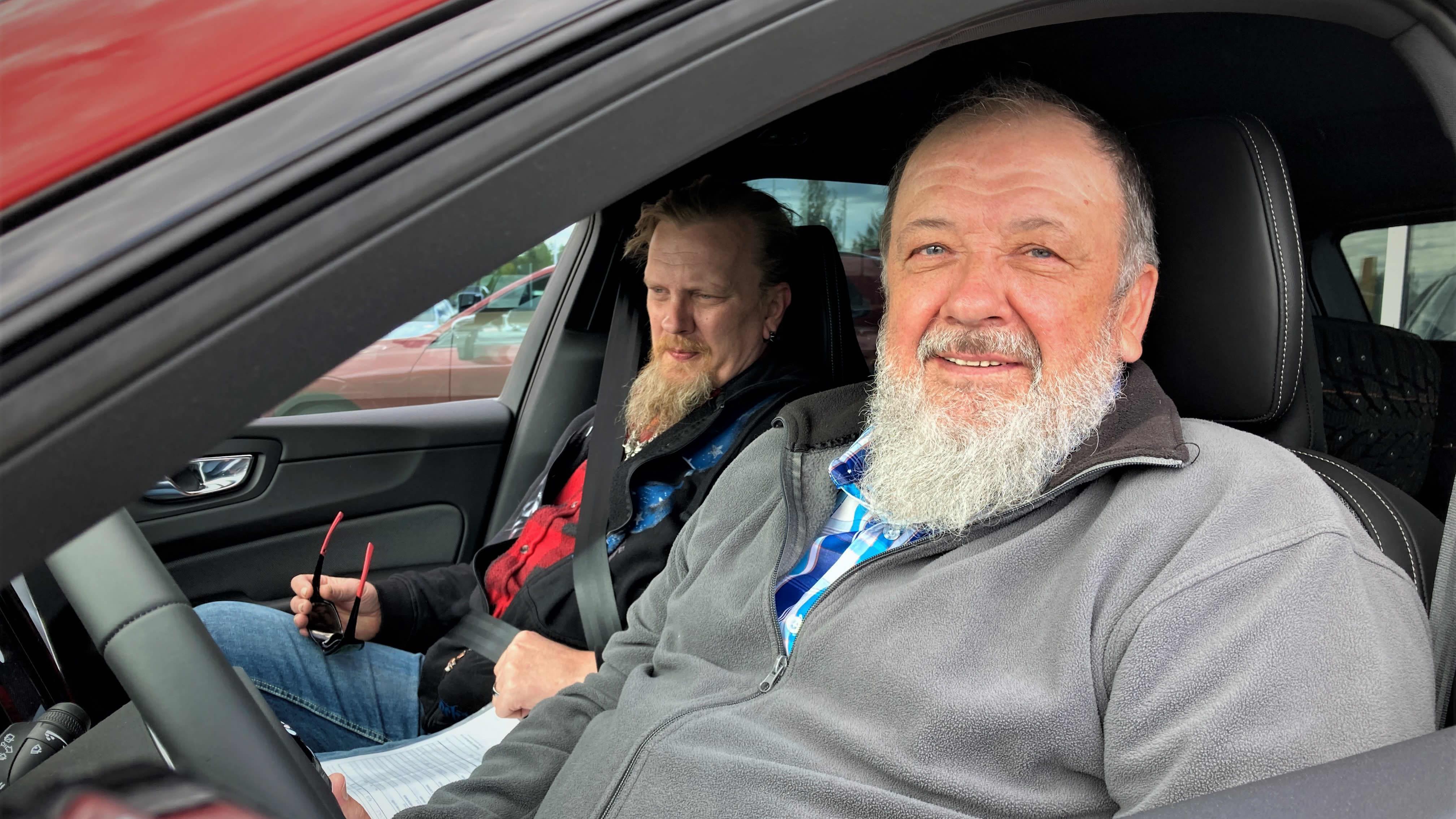 Pentti Korpi (oik.) ja Mikko Eskelinen testaamassa uutta autoa, jota Korpi on ostamassa romutuspalkkioilla.