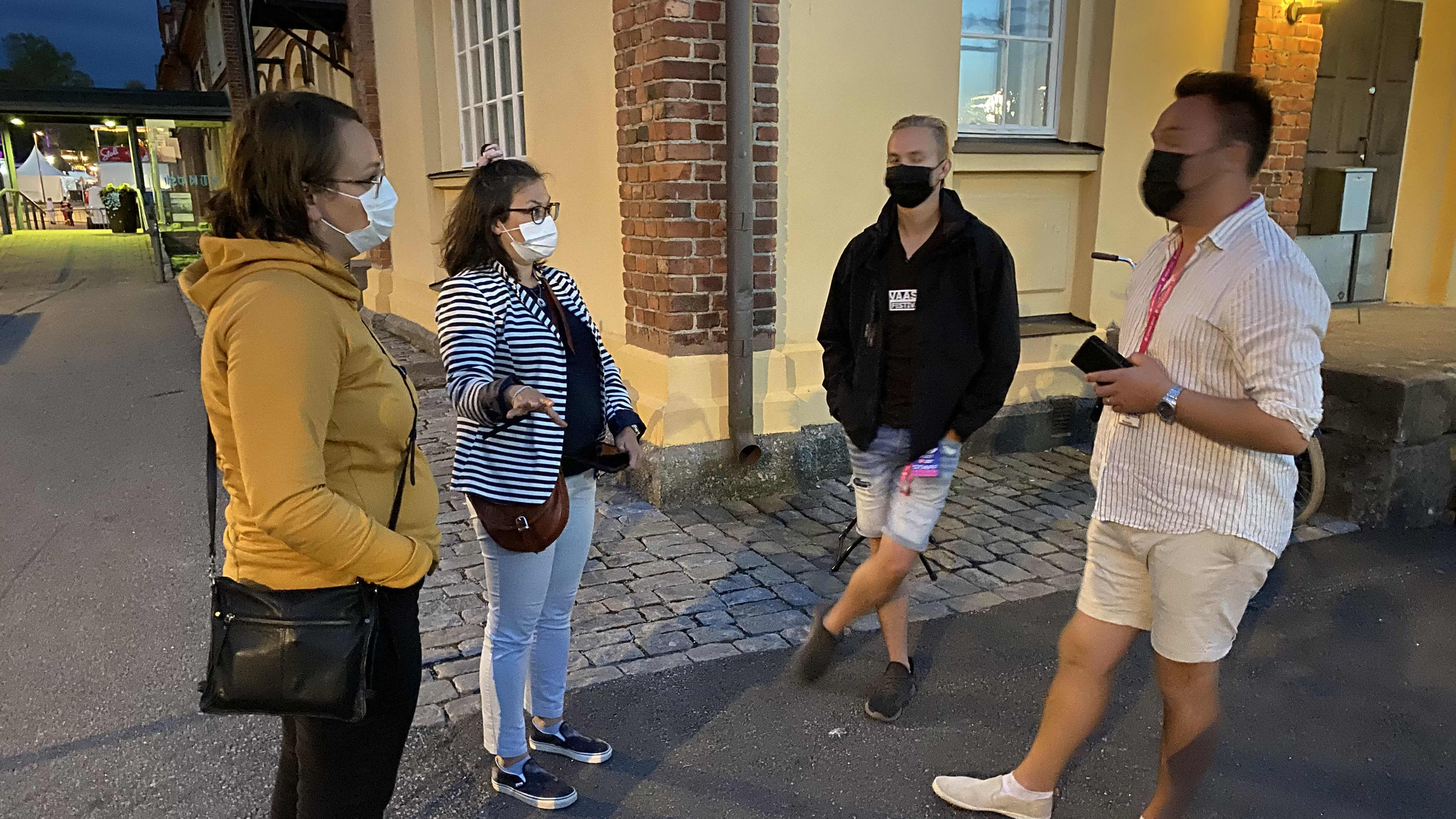 Alkoholitarkastajat Tiina Lahtinen ja Johanna Holmäng-Jaskari keskustelemassa Vaasa festivalin anniskeluvastaavan Mathias Niemen ja promoottori Tommi Mäen kanssa.