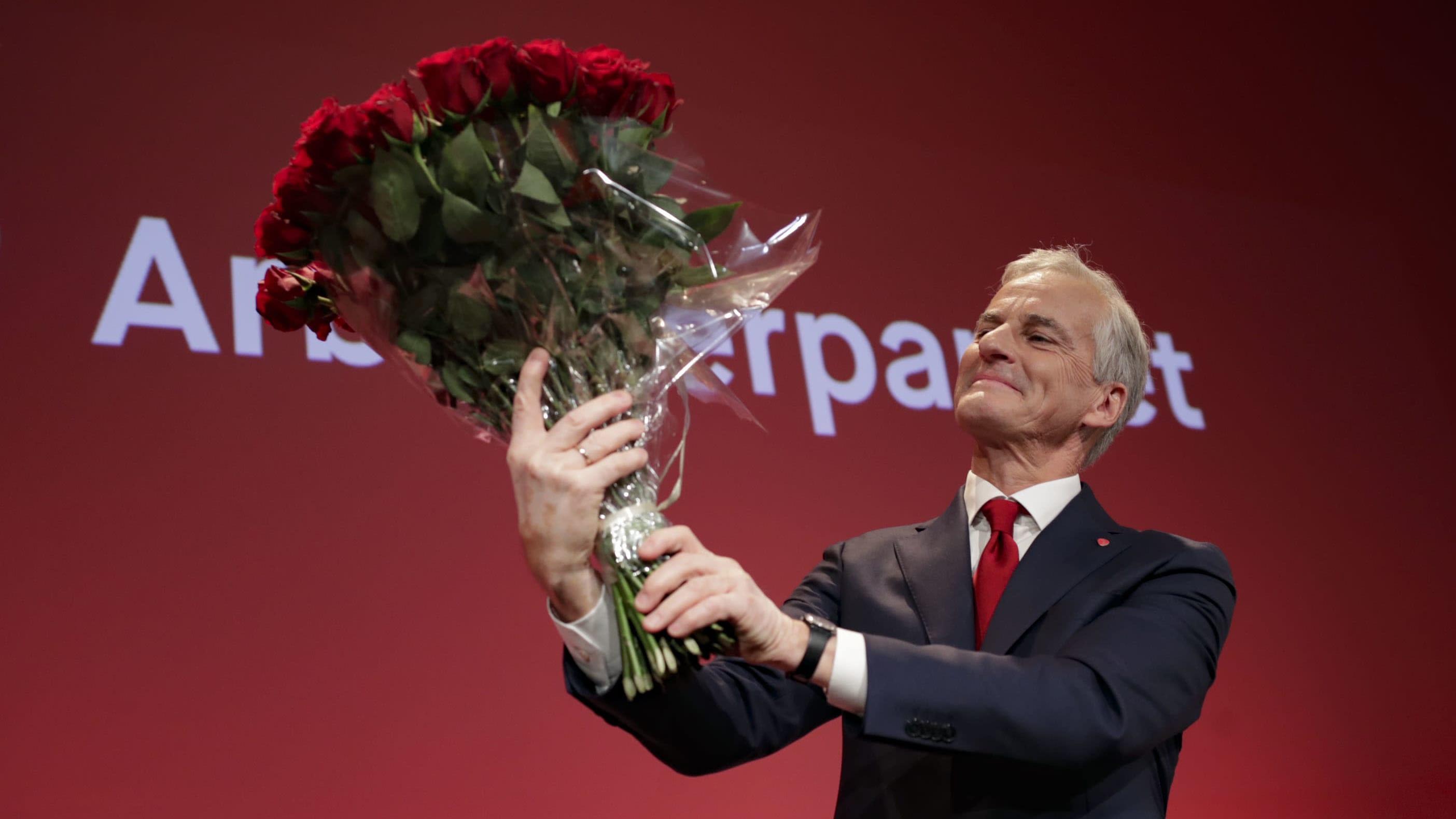 Norjan työväenpuolueen johtaja Jonas Gahr Støre juhli vaalivoittoa suuri ruusukimppu kädessään.