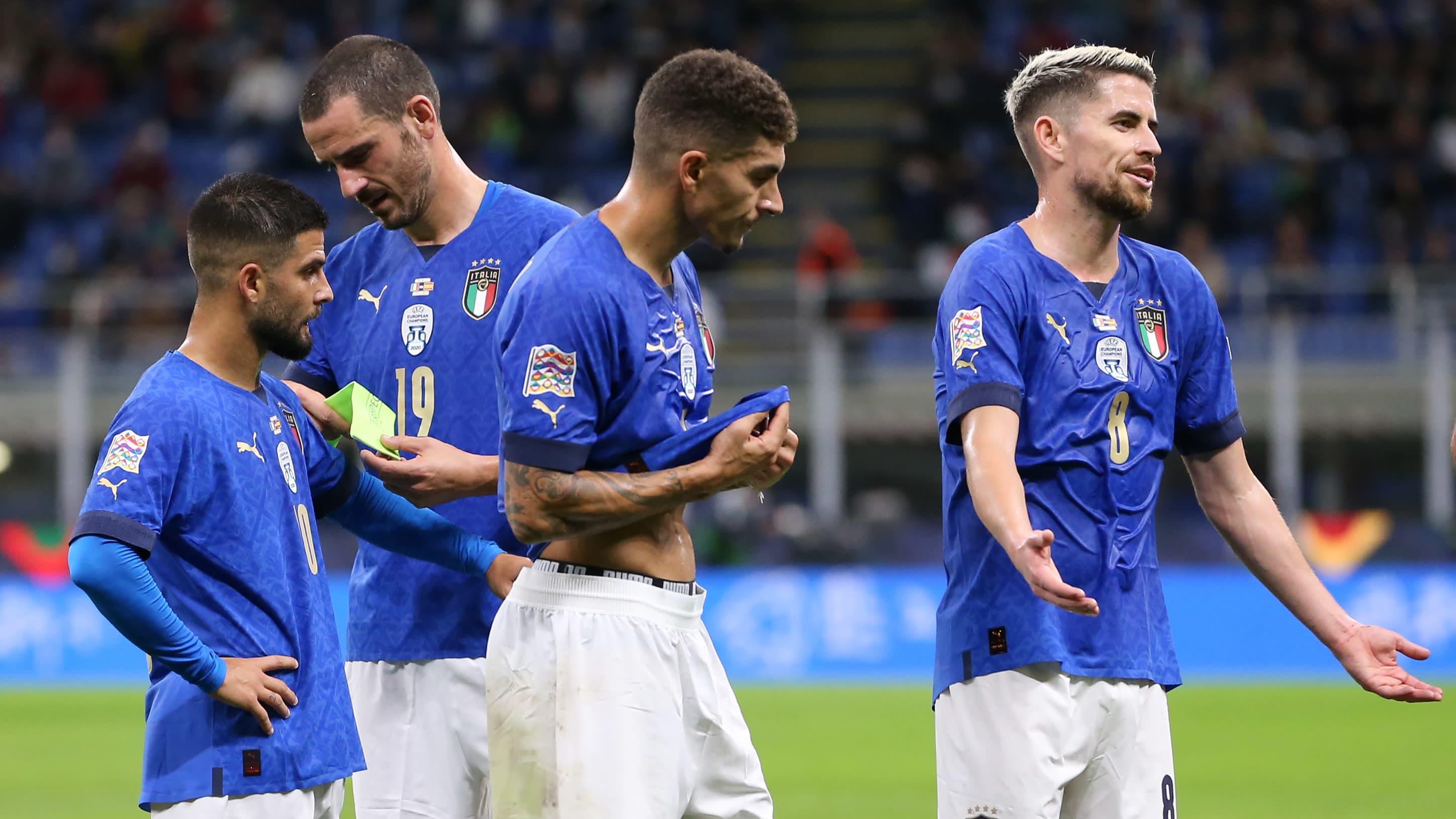 Italian pelaajat levittelevät käsiä, kun Leonardo Bonucci ajetaan ulos Kansojen liigan välierässä 6.10.2021.