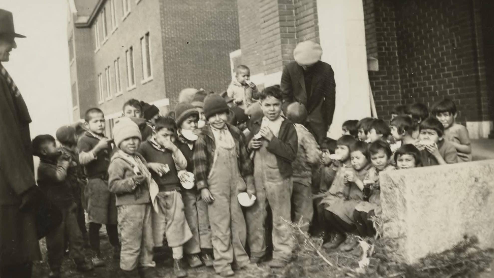 Alkuperäiskansan lapsia kuvattuna Kamloopsin sisäoppilaitoksella vuonna 1931.