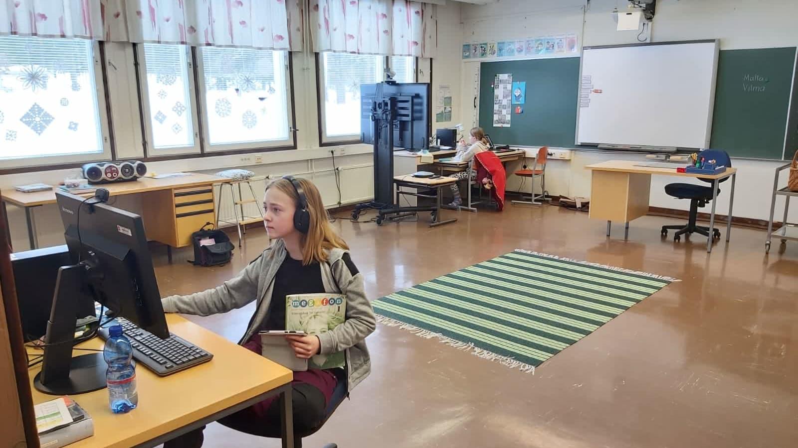 Malla ja Vilma Pyhäjärvi opiskelivat etänä lakkautetun Lokan koulun tiloissa. Lähikouluun on matkaa 90 kilometriä.