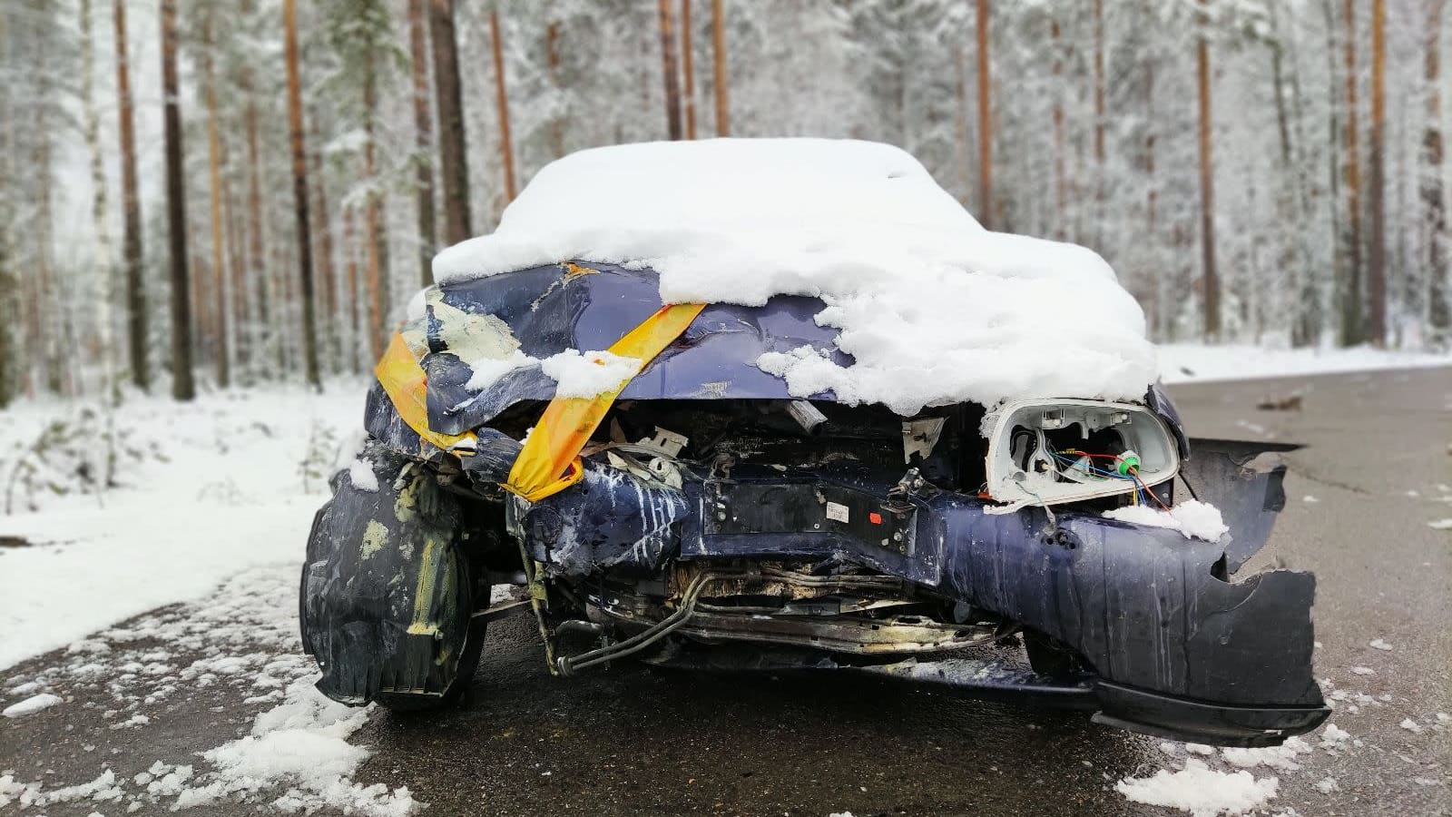 Onnettomuudessa ruttaantuneen auton keula Kajaanintiellä.