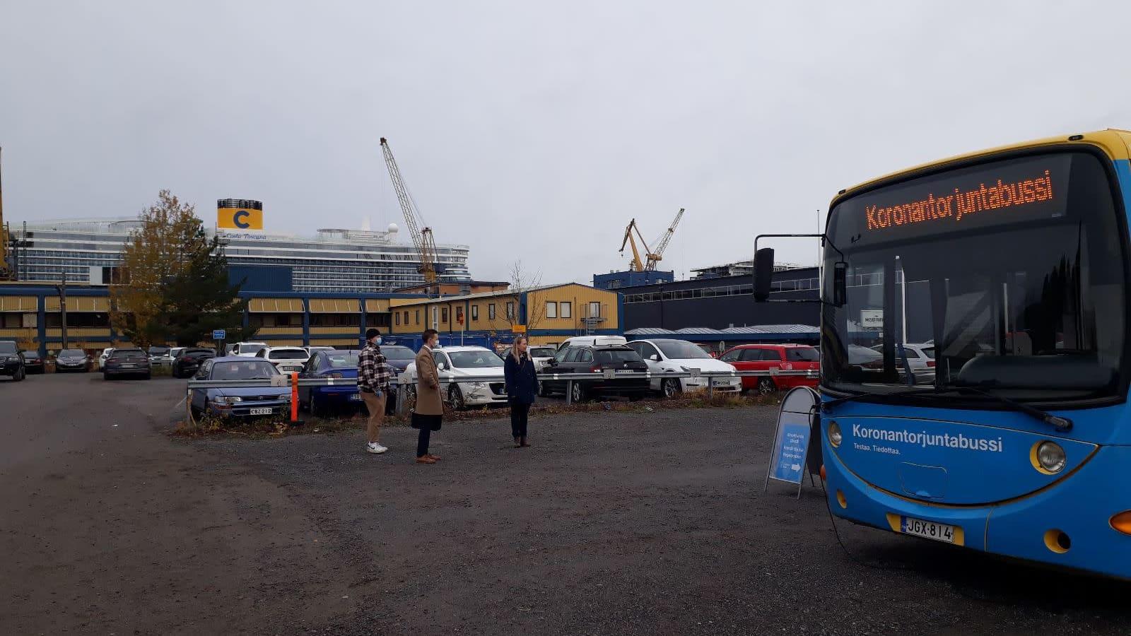 Koronantorjuntabussi Meyer Turun telakan porteilla