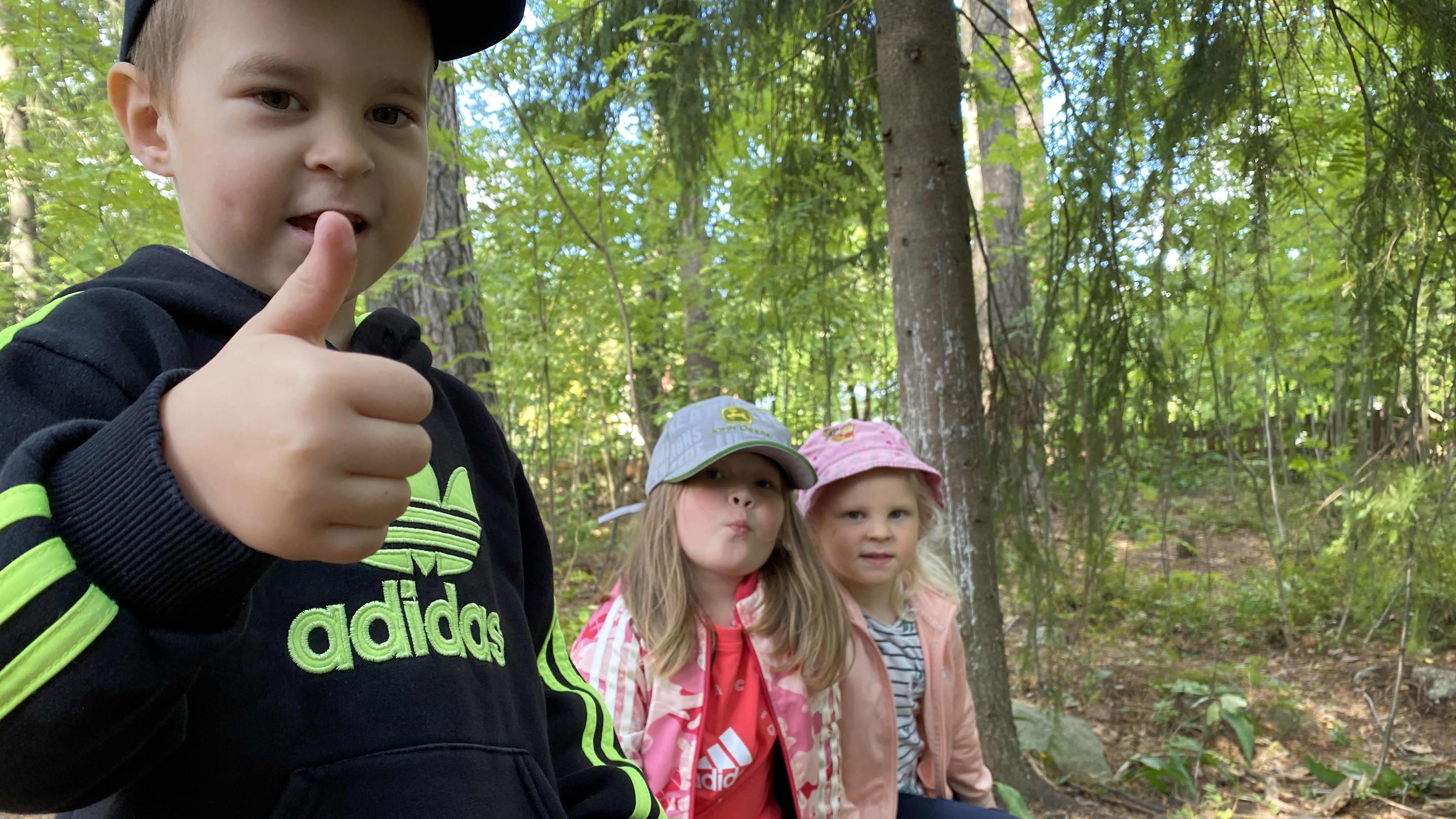 Hämeenlinnalaisen Kankaantaan päiväkodin esikoululaiset Sebastian Smirnov, Milja Marttila ja Milla Tiukka leikkivät metsässä.