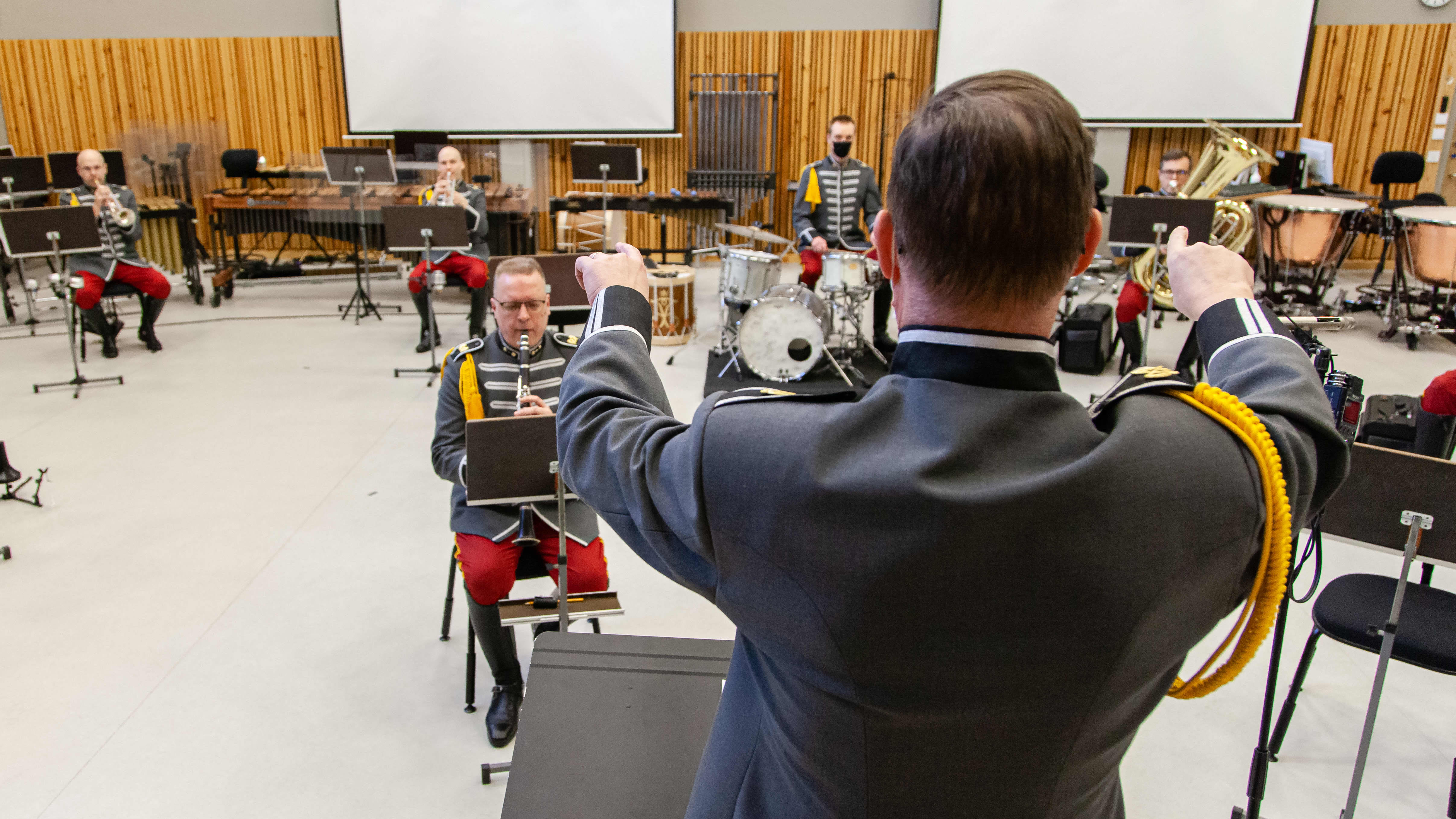 Rakuunasoittokunta harjoittelemassa Lappeenrannan maasotakoululla 4.2.2021. Musiikkimajuri Tomi Väisänen johtaa soittoa.