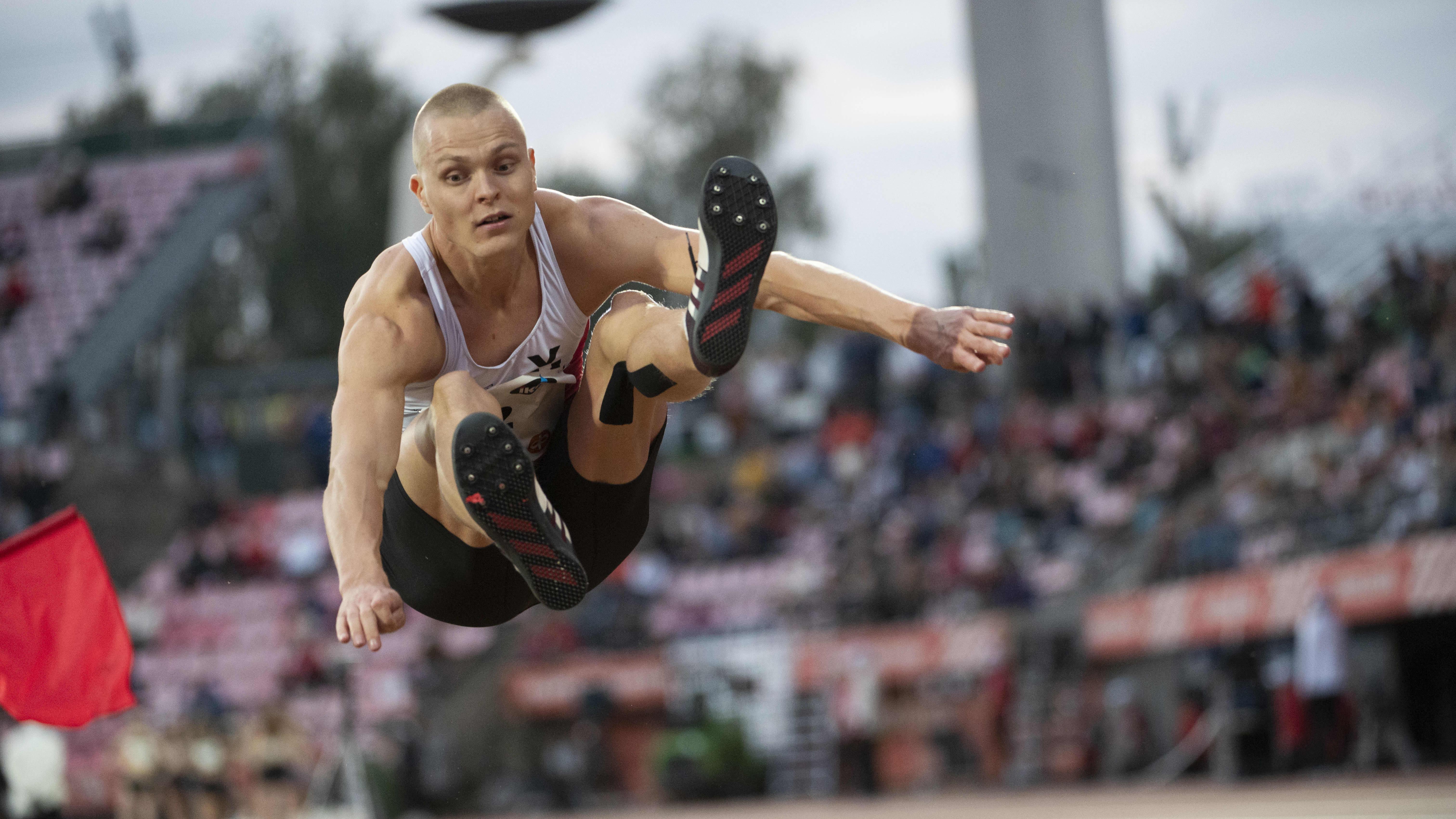 Pituushyppääjä Kristian Bäck hyppää Kalevan kisoissa.