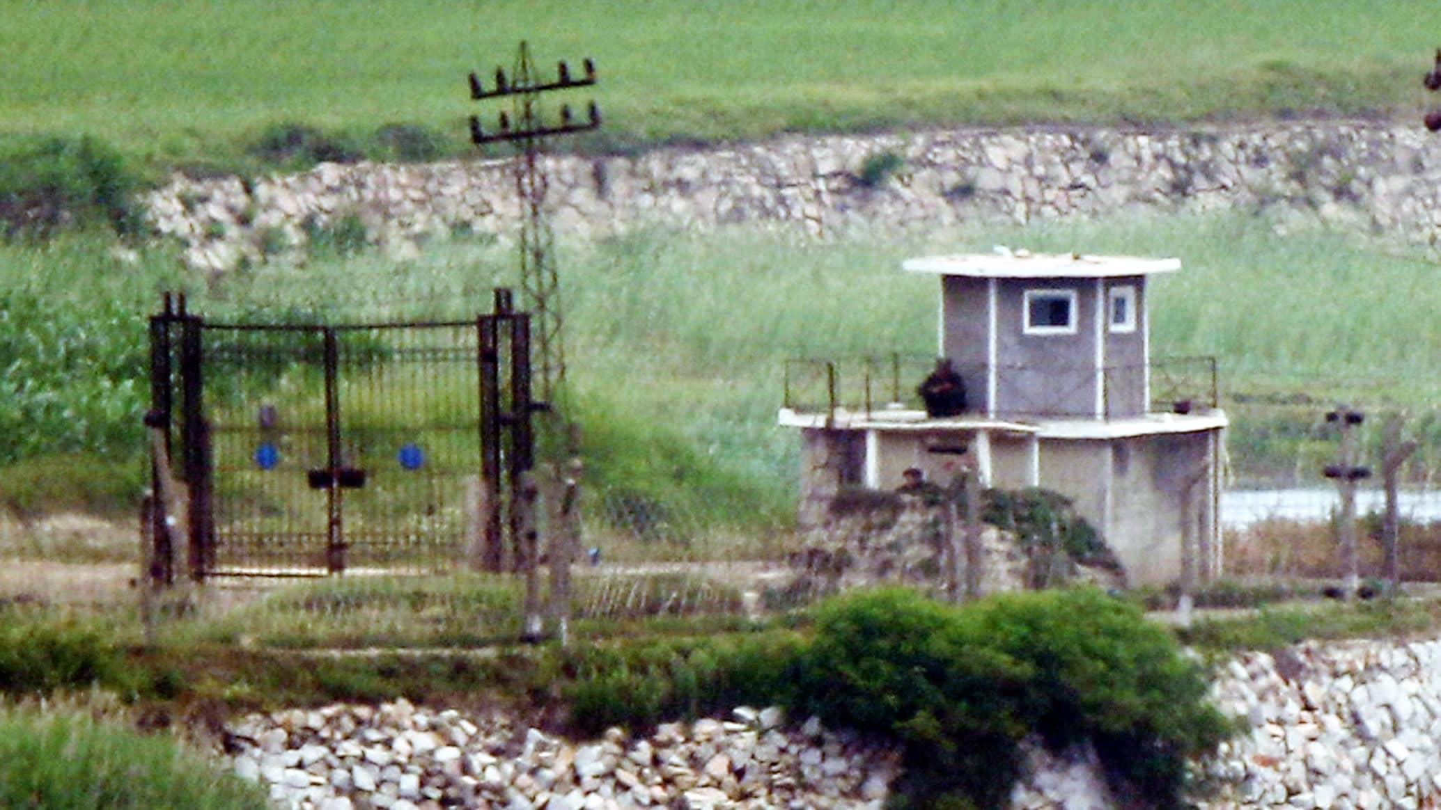 Kuva esittää vartiotornia rajalla. Tornissa on vartija.