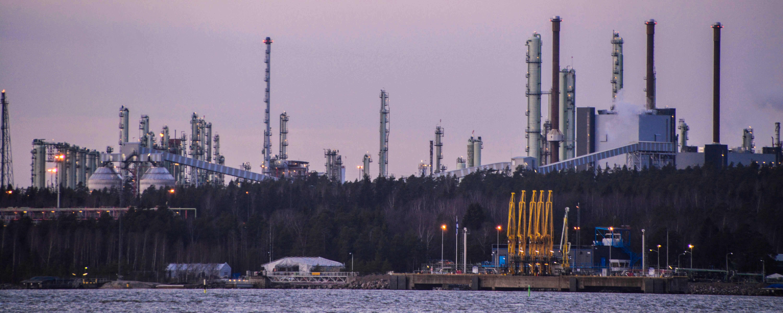 Sköldviks höga skorstenar sedda från havet.