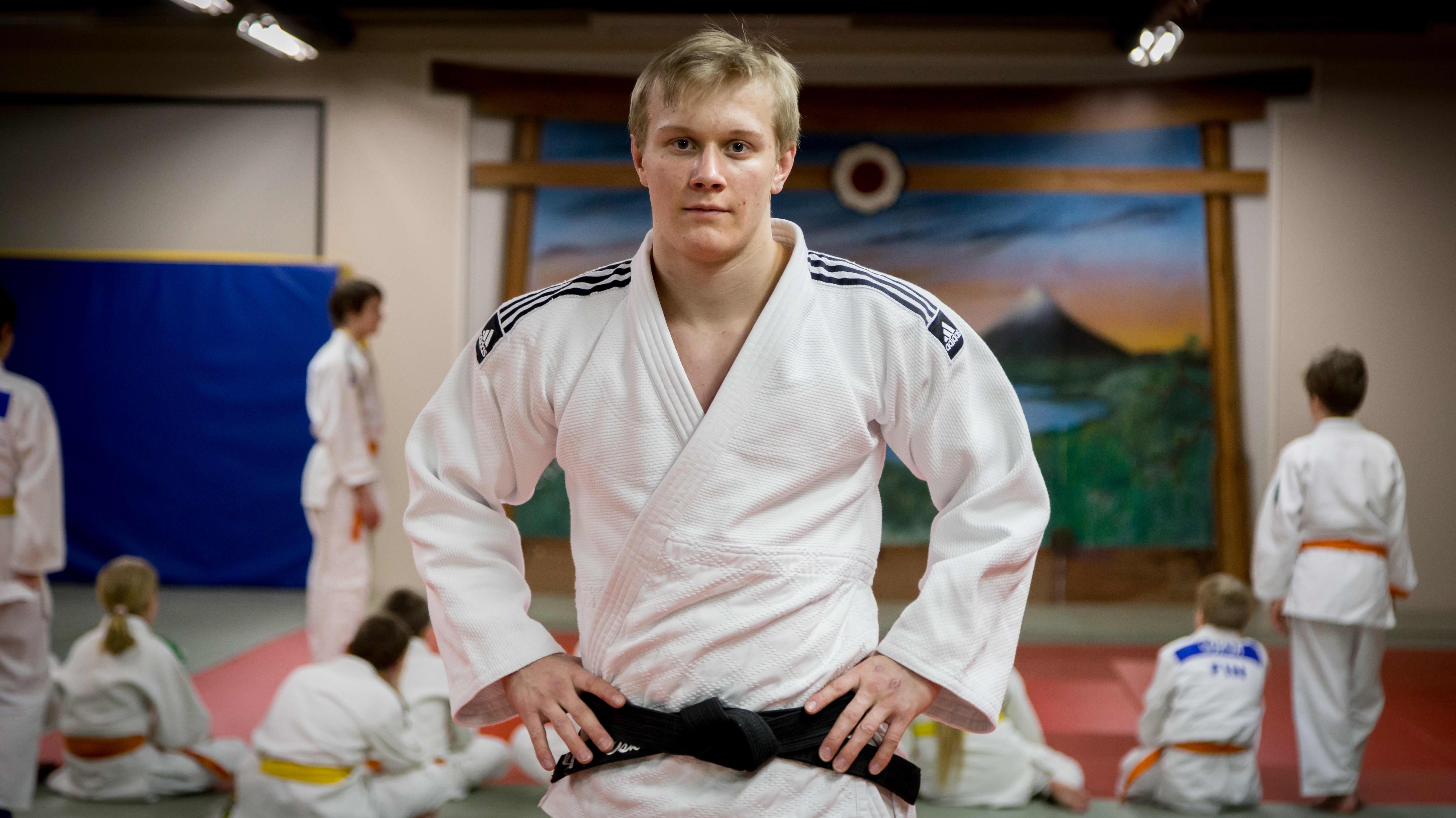 Judoka Oskari Mäkinen, Nummelan judosali, 8.2.2017. Takana juniorit harjoittelevat.