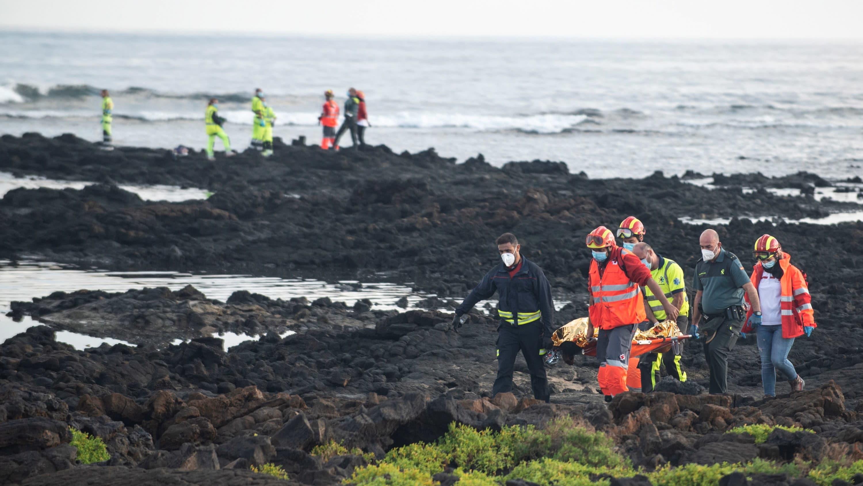 Pelastustyöntekijät etsivät kadonneita sen jälkeen, kun 27 siirtolaista pelastettiin heitä kuljettaneen veneen upottua Lanzaroten rannikolla.