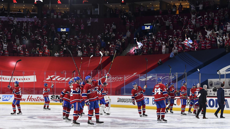 Montreal Canadiensin pelaajat kiittävät voiton jälkeen kotiyleisöä.