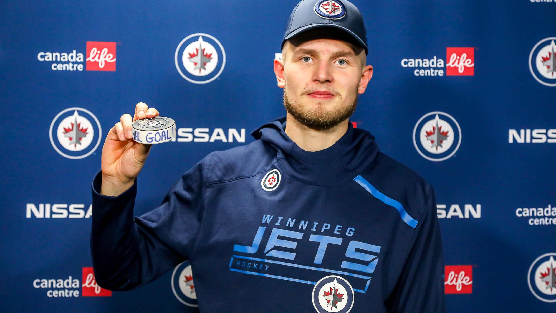 Kristian Vesalainen otti talteen kiekon, jolla NHL-uran avausmaali syntyi.