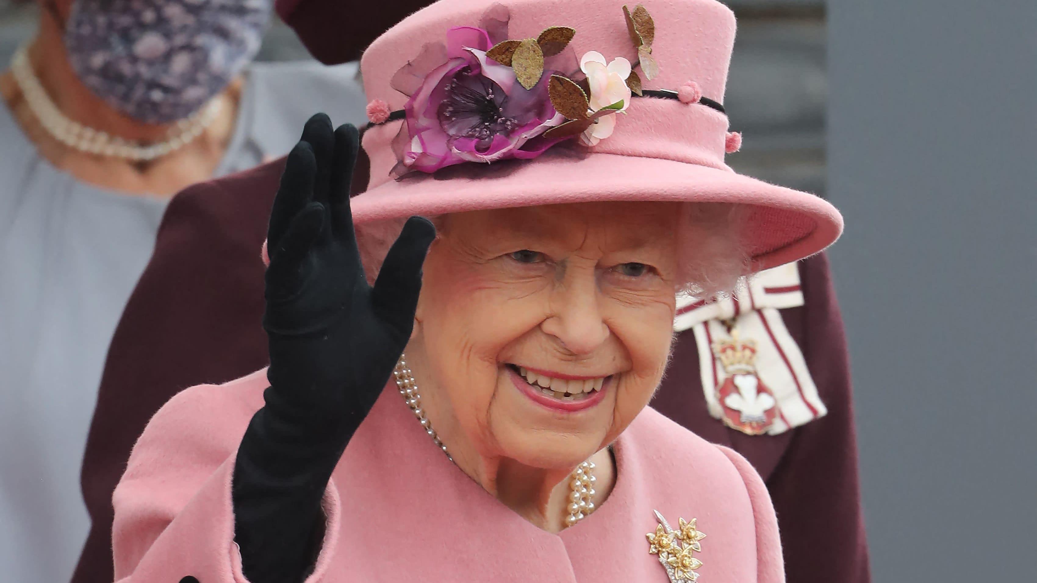 Yhdistyneen kuningaskunnan kuningatar Elisabeth II vilkuttaa.