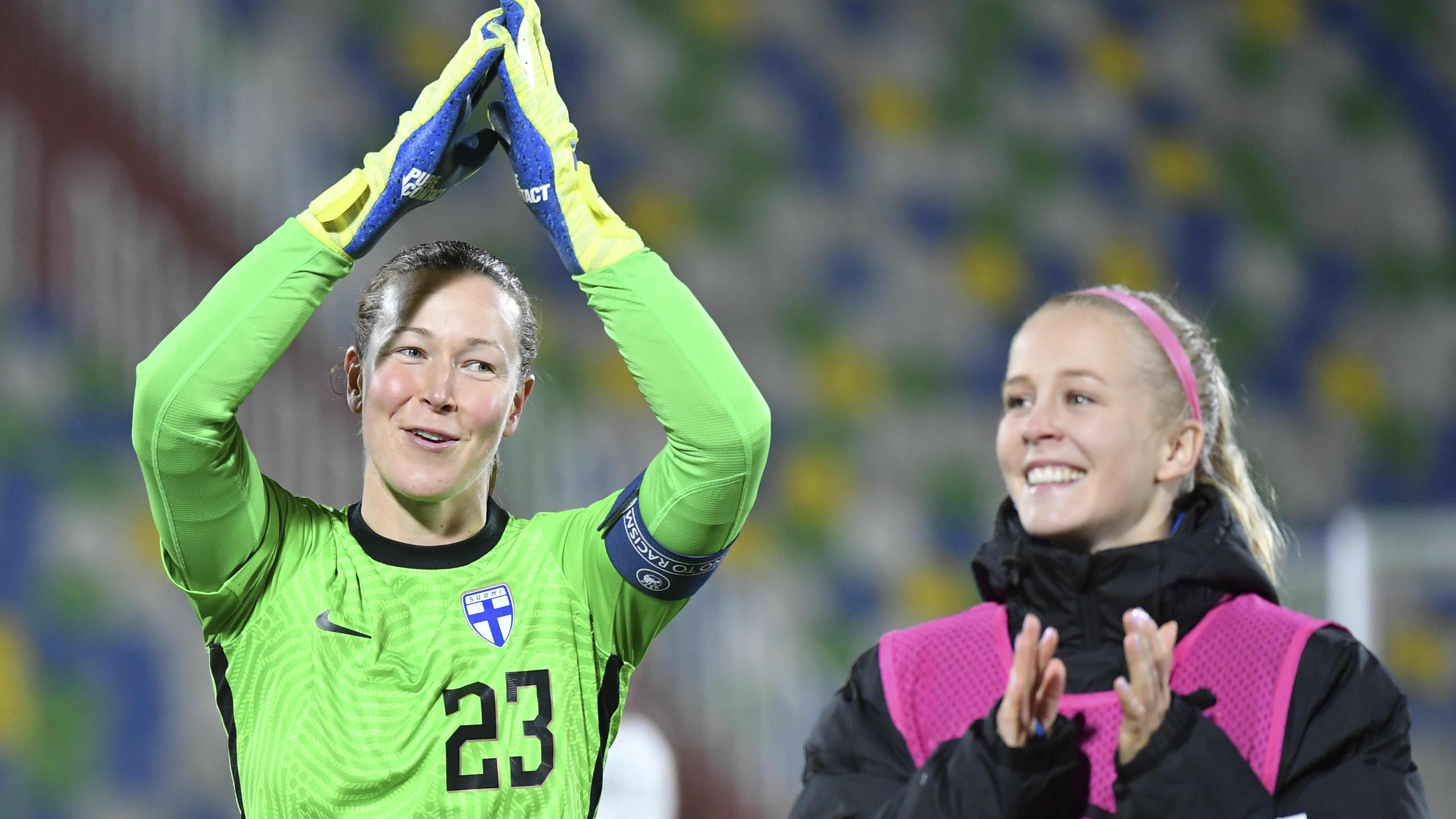 Tinja-Riikka Korpela kiittää yleisöä Georgia ottelun jälkeen.