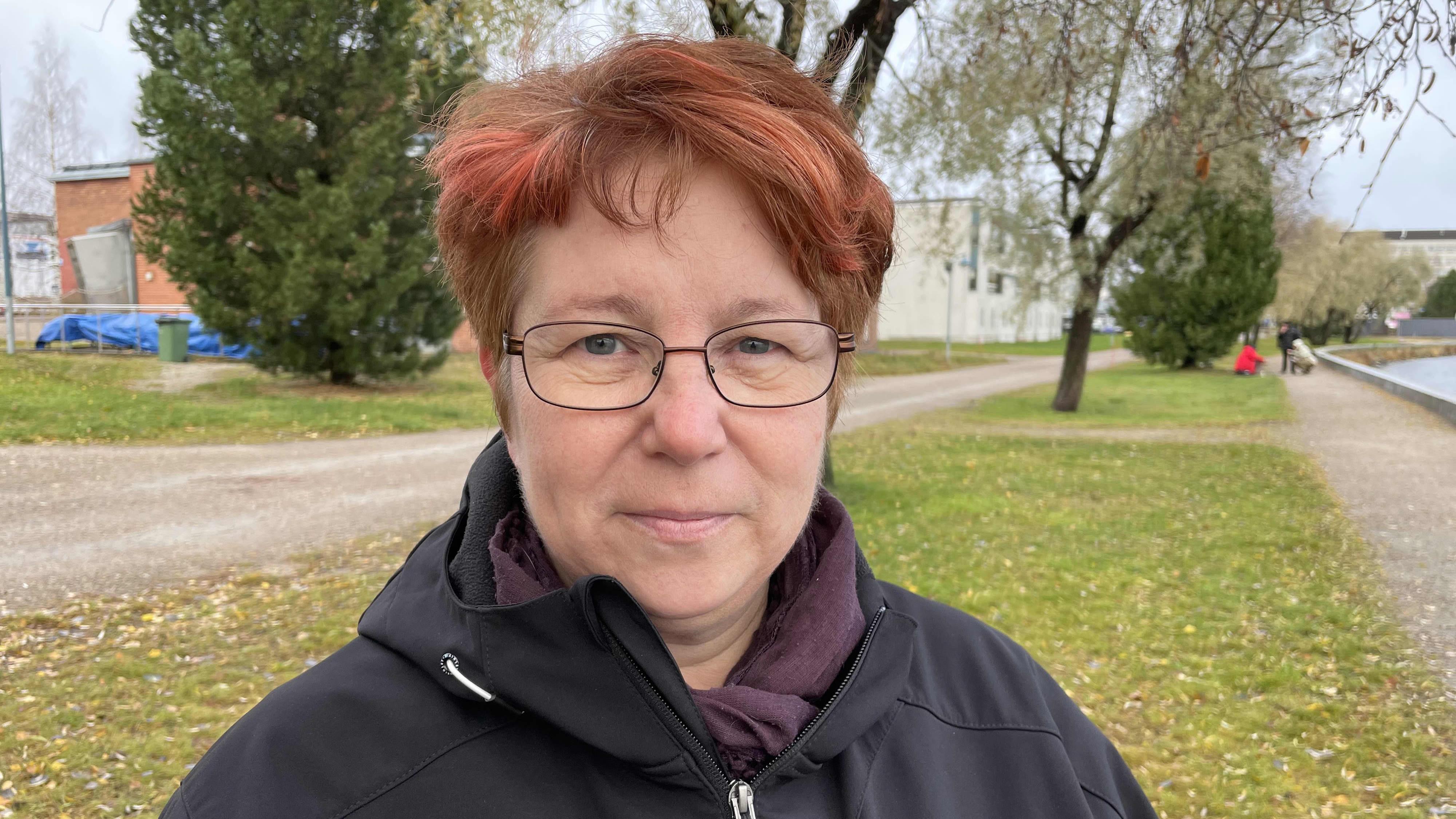 Mari-Ann Roth valmistuu hoitoalalle, vaikka ala ei kiinnostanut häntä ensin yhtään – uudelleen kouluttautuminen on keino korjata Kainuun työvoimapulaa, mutta se yksin ei riitä