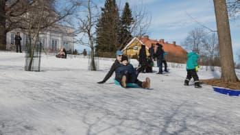 Mäenlaskua Annalan laskiaisriehassa Helsingissä 03.03.2019.