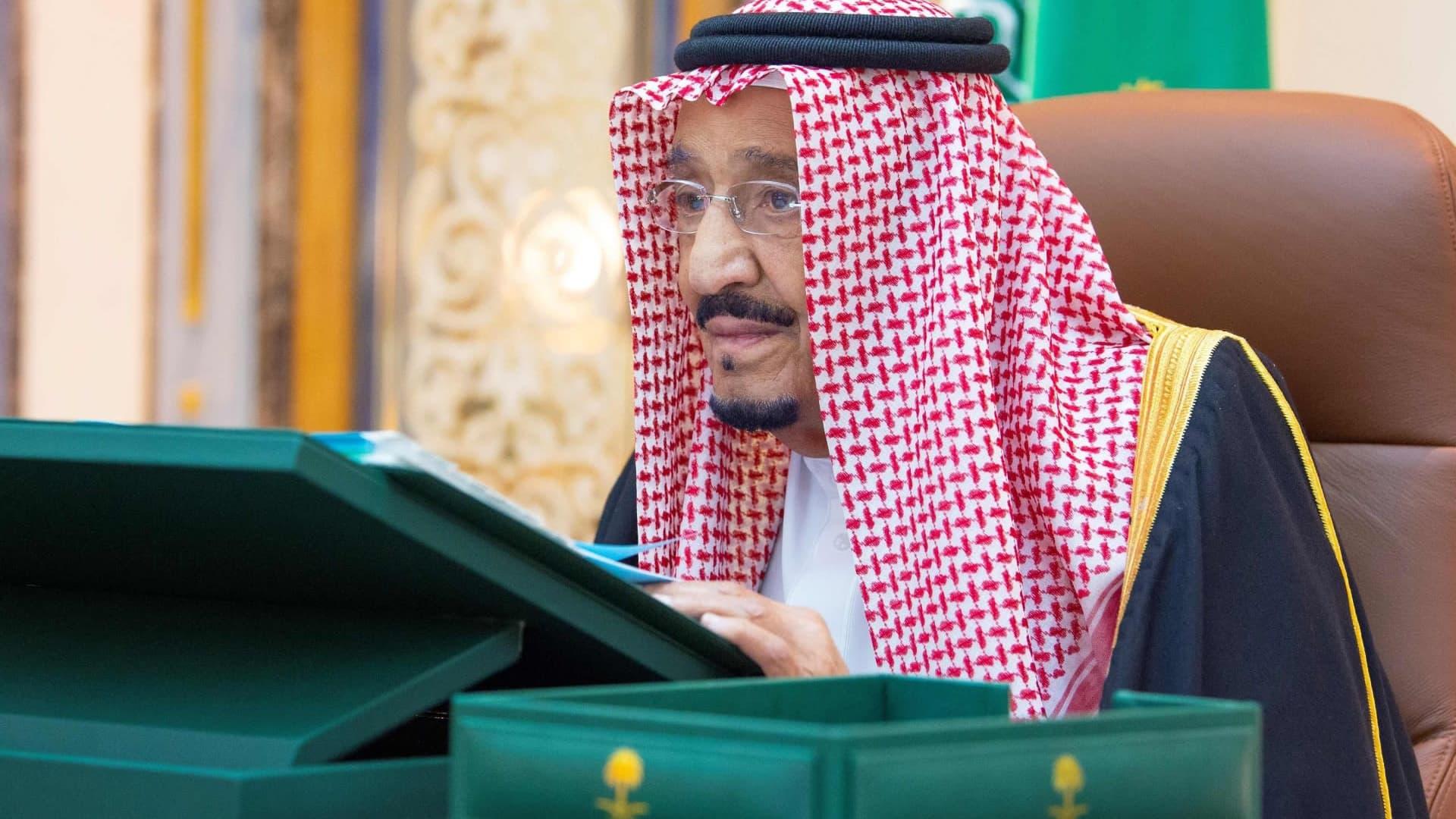 Saudi-Arabian kuningas Salman toimistossaan sairaalassa Riadissa.