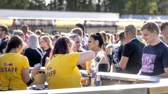 Nuoria baaritiskillä Tikkurila festivaaleilla.
