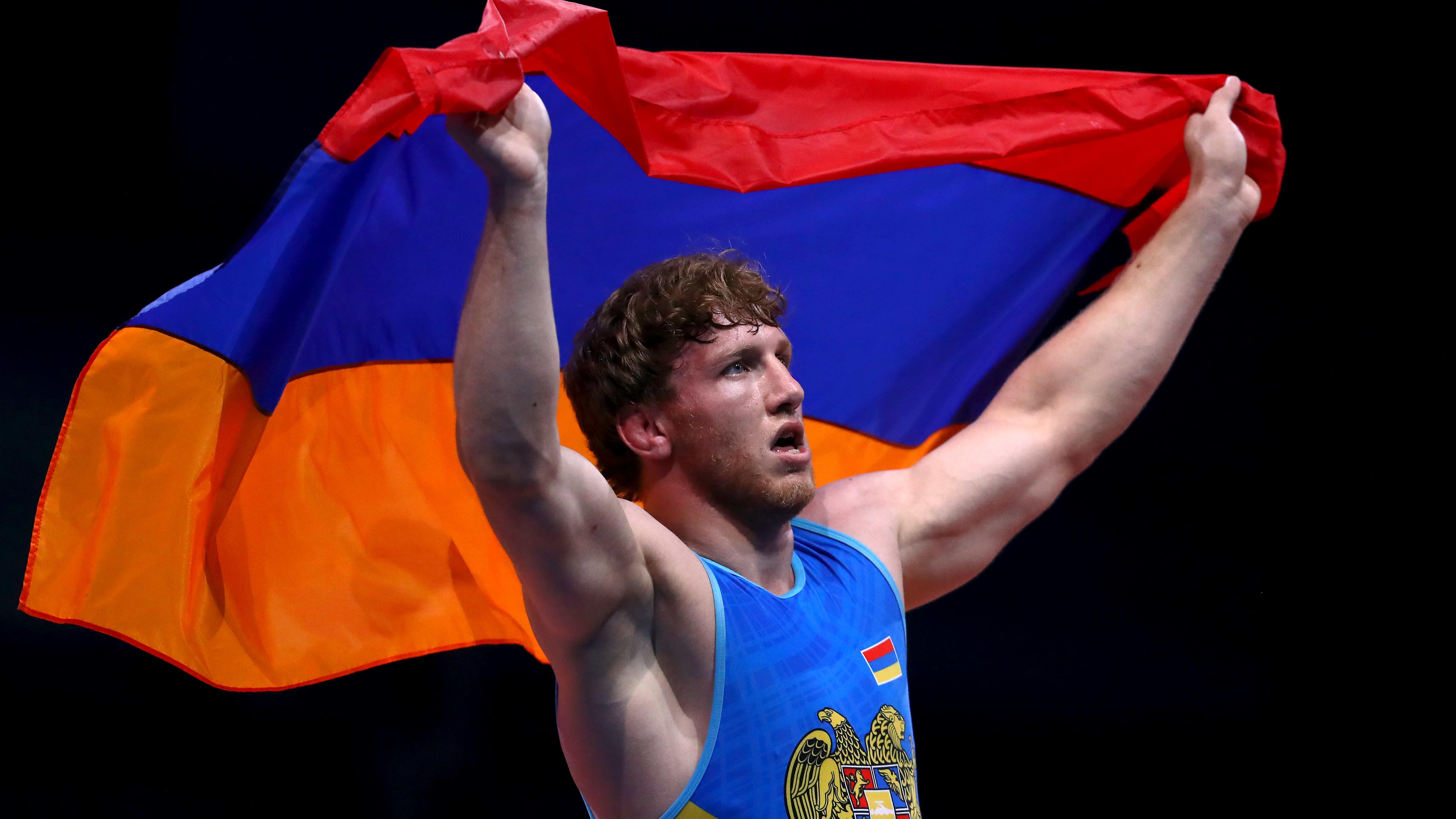 Katso loukkaantuneen armenialaisen hurja taistelu painivälierässä