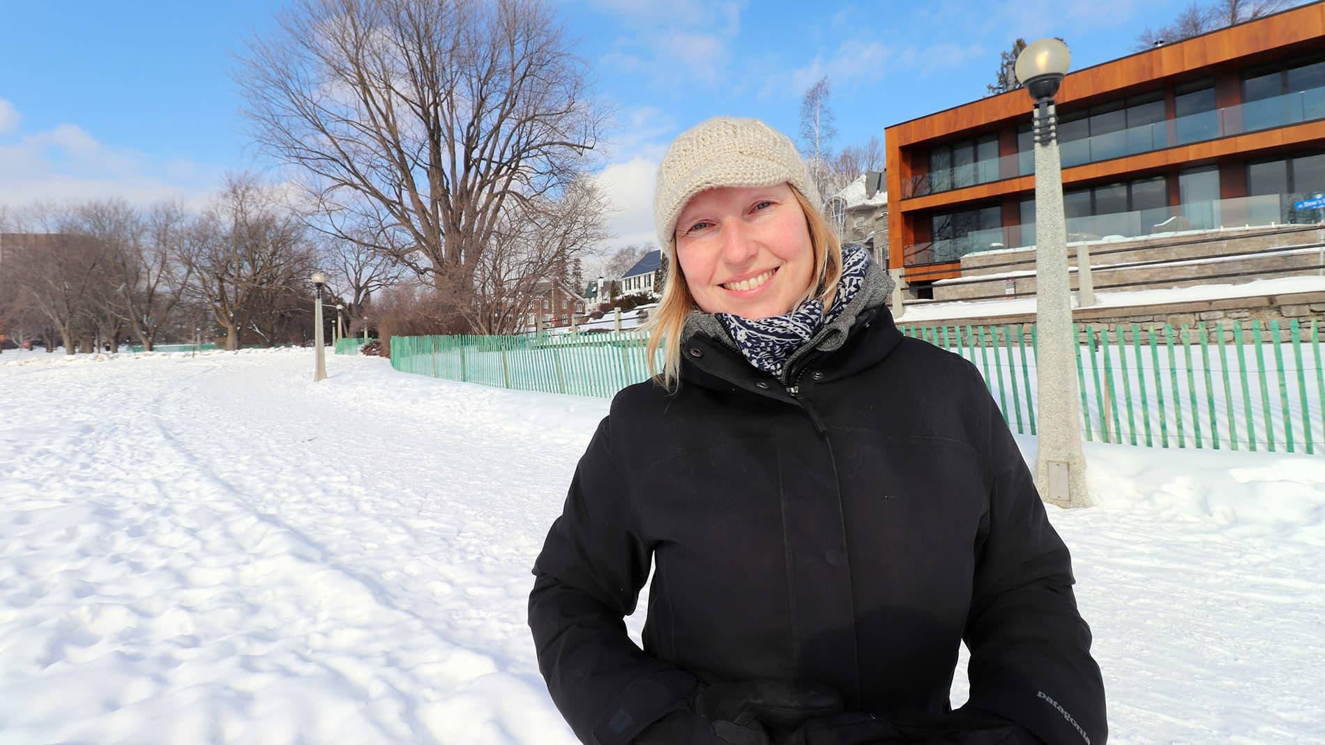 Annika Rautiola puistossa Torontossa