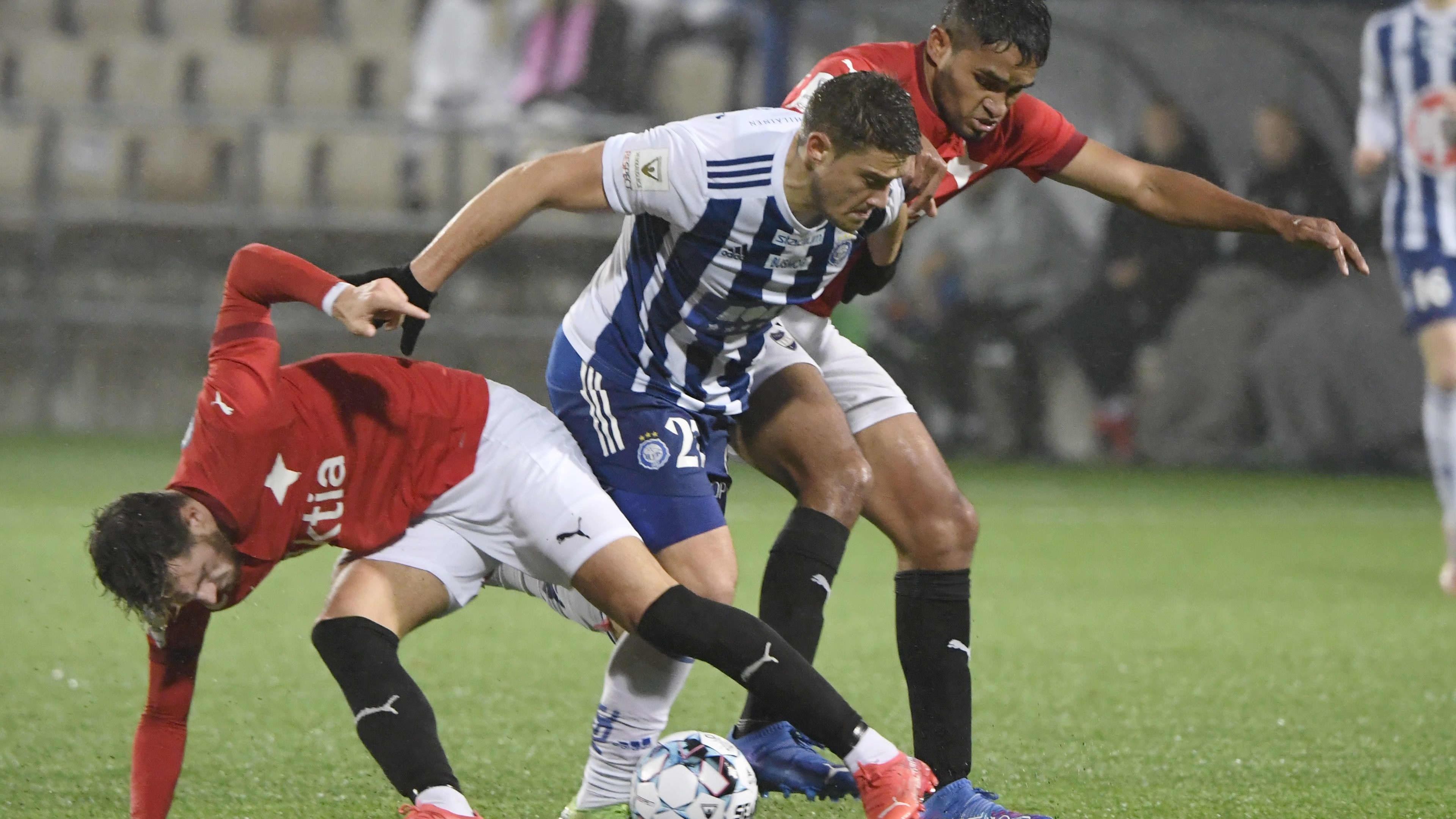 HJK:n Filip Valencic (kesk.) kamppailee pallosta HIFK:n Aldayr Hernandezin ja Felipe Saezin kanssa.
