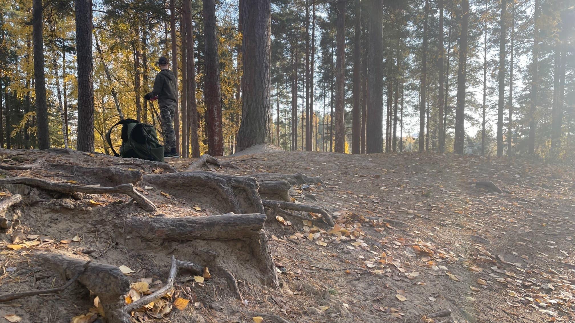Frisbeegolfaaja Joensuun Karsikon radalla.