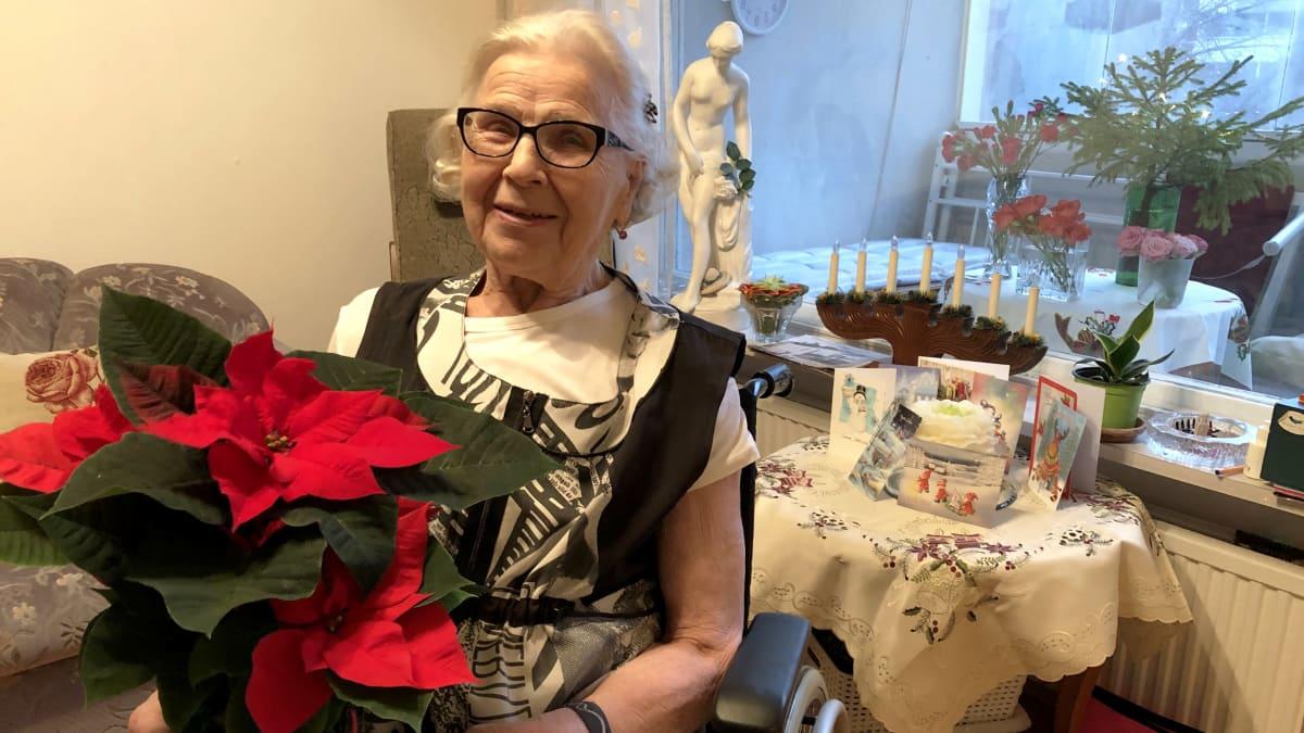 85-vuotias Hertta-Sisko Eronen on yksi tuhansista jouluisen kukkayllätyksen saajista