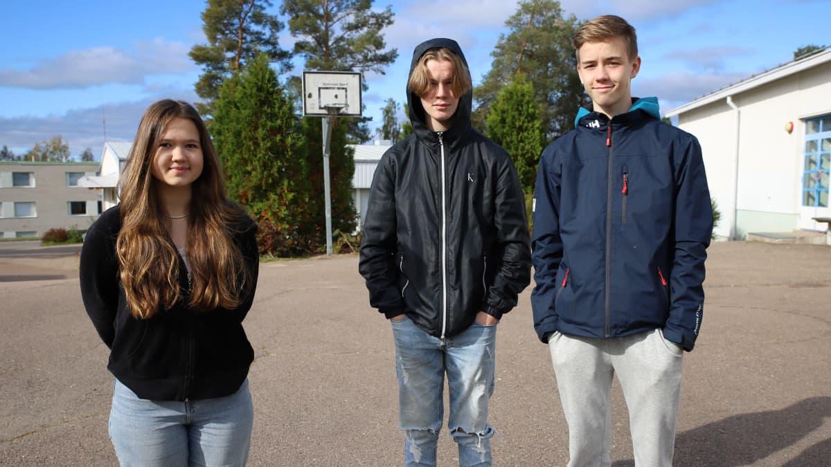 Valkealan yläkoulun 9.-luokkalaiset Sofia Linjala, Leevi Päivinen ja Joel Turtiainen.