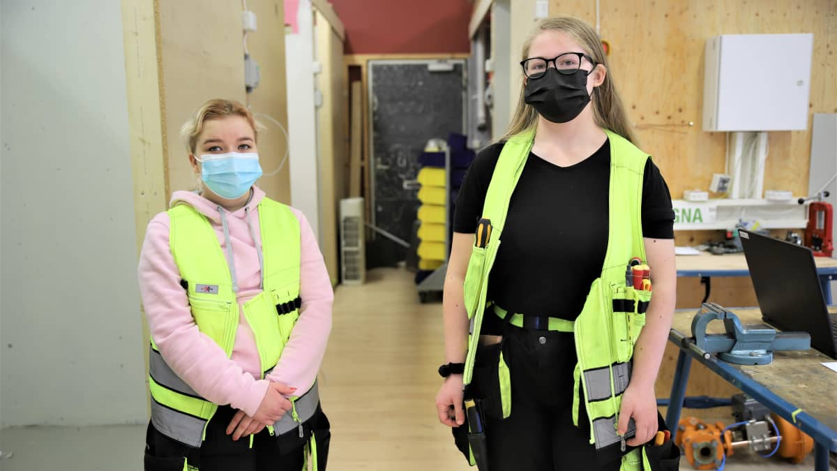 Kouvolan seudun ammattiopiston sähkö- ja automaatioalan opiskelijat Jessica Salo ja Amanda Lukander.