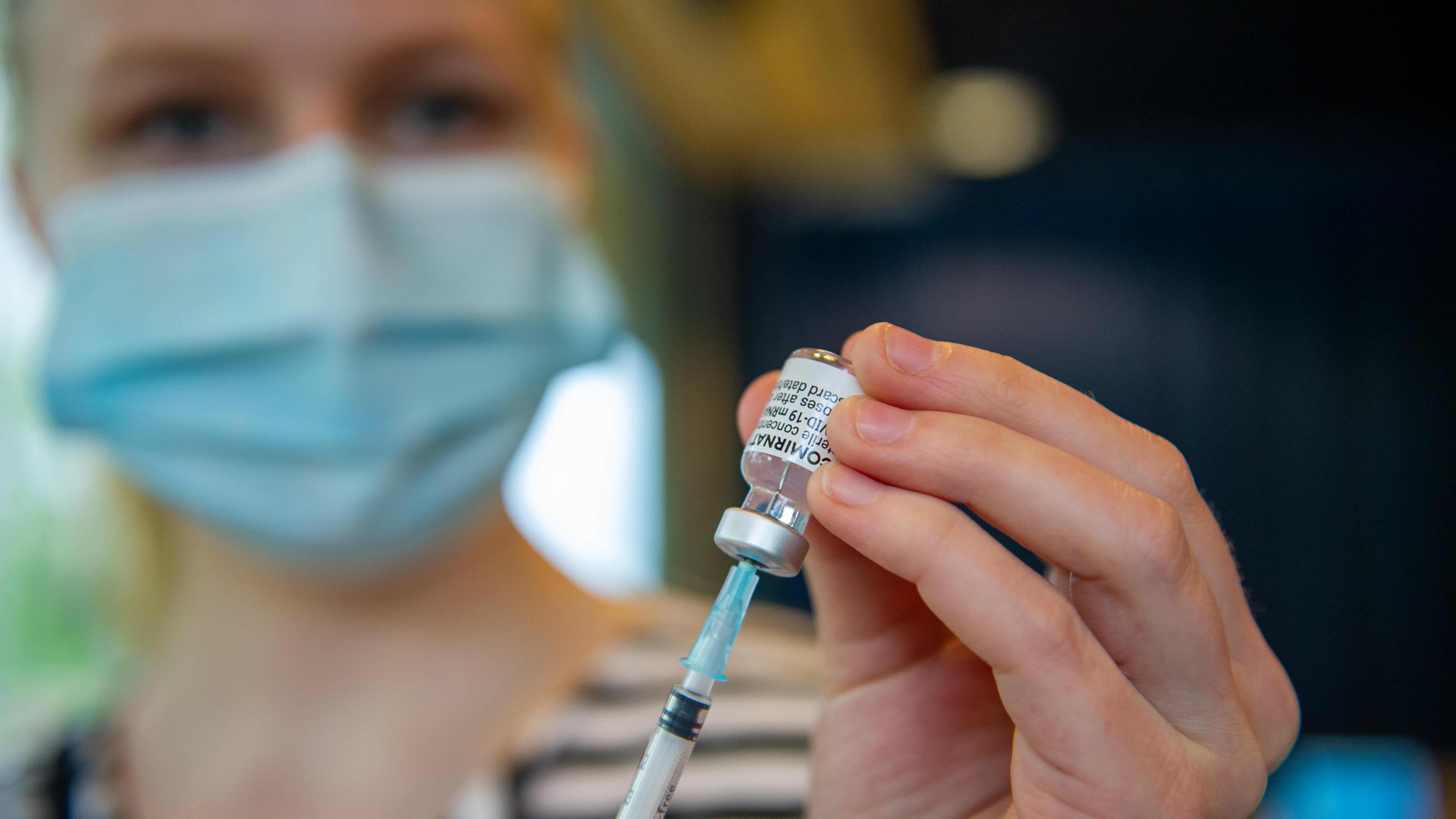 Pfizer-rokotetta valmistava sairaanhoitajat Vantaan Energia Areena rokotuskeskuksessa.
